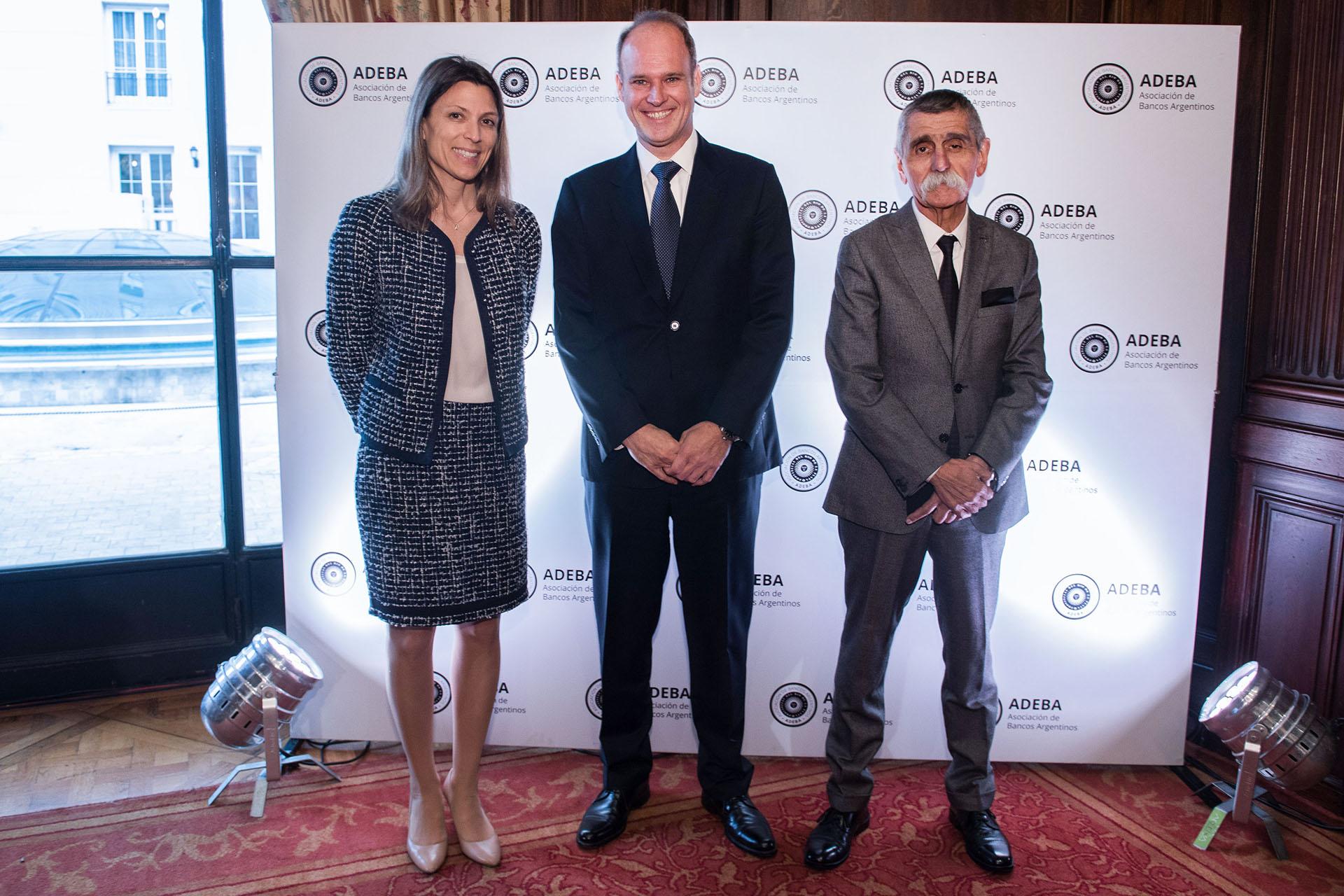 El presidente de ADEBA, Javier Bolzico, recibe a Isela Costantini, CEO de GST, y a Roberto Domínguez, presidente del BST