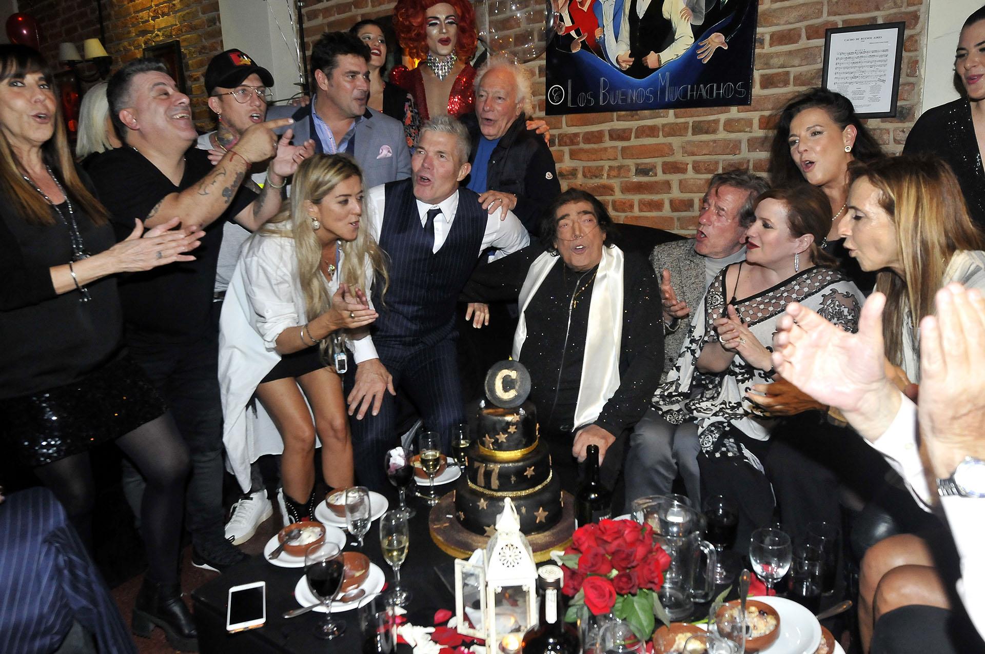 Los invitados le cantaron el feliz cumpleaños al artista