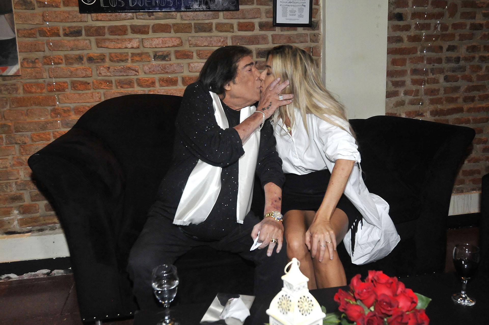 El beso entre Cacho Castaña y su esposa Marina Rosenthal