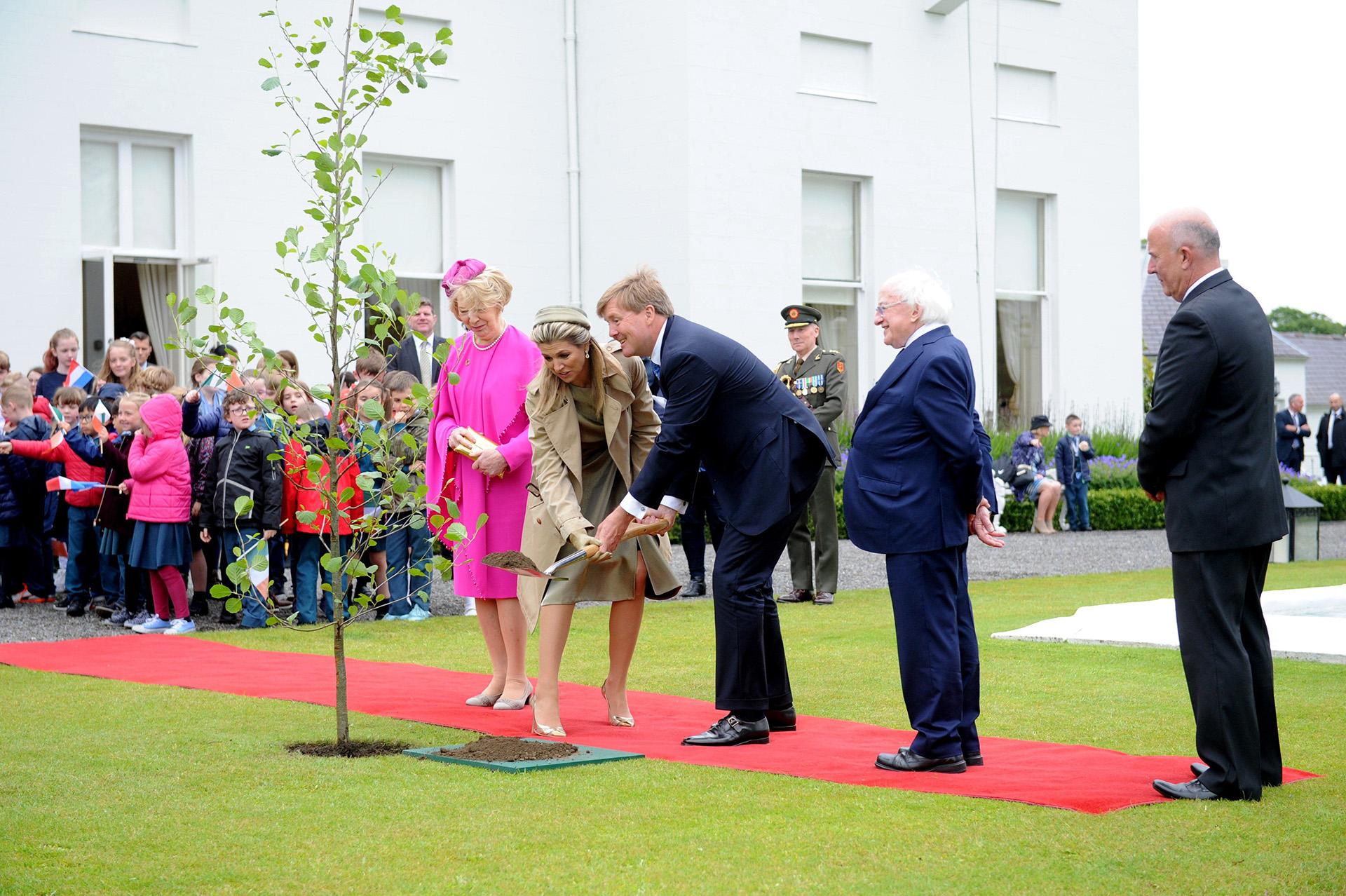 Máxima y Guillermo de Holanda plantaron un árbol en su visita oficial a Irlanda