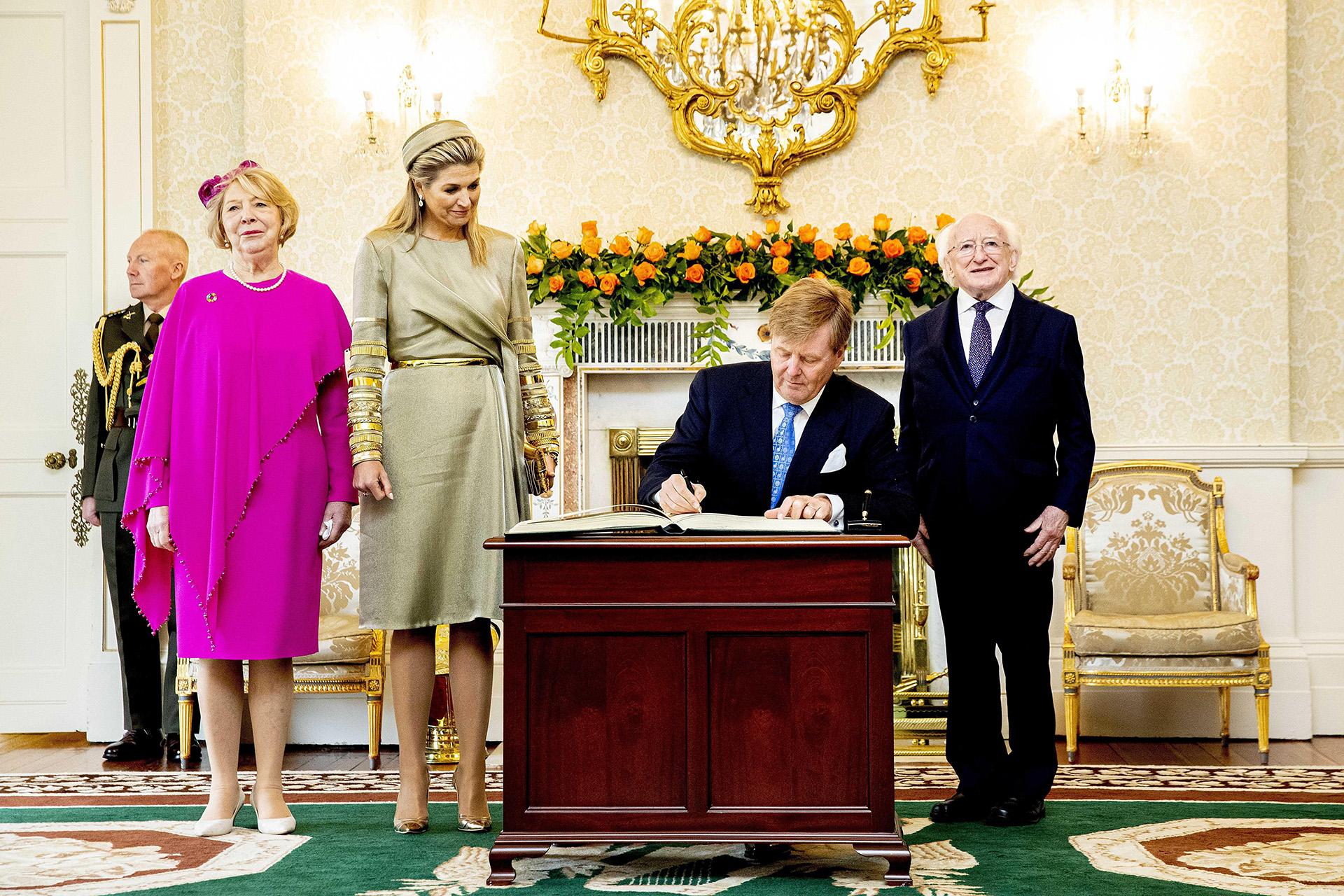 Los reyes firmaron el libro de visitas durante el recibimiento del presidente irlandés, Michael D. Higgins, y su mujer Sabina, en Dublín, Irlanda