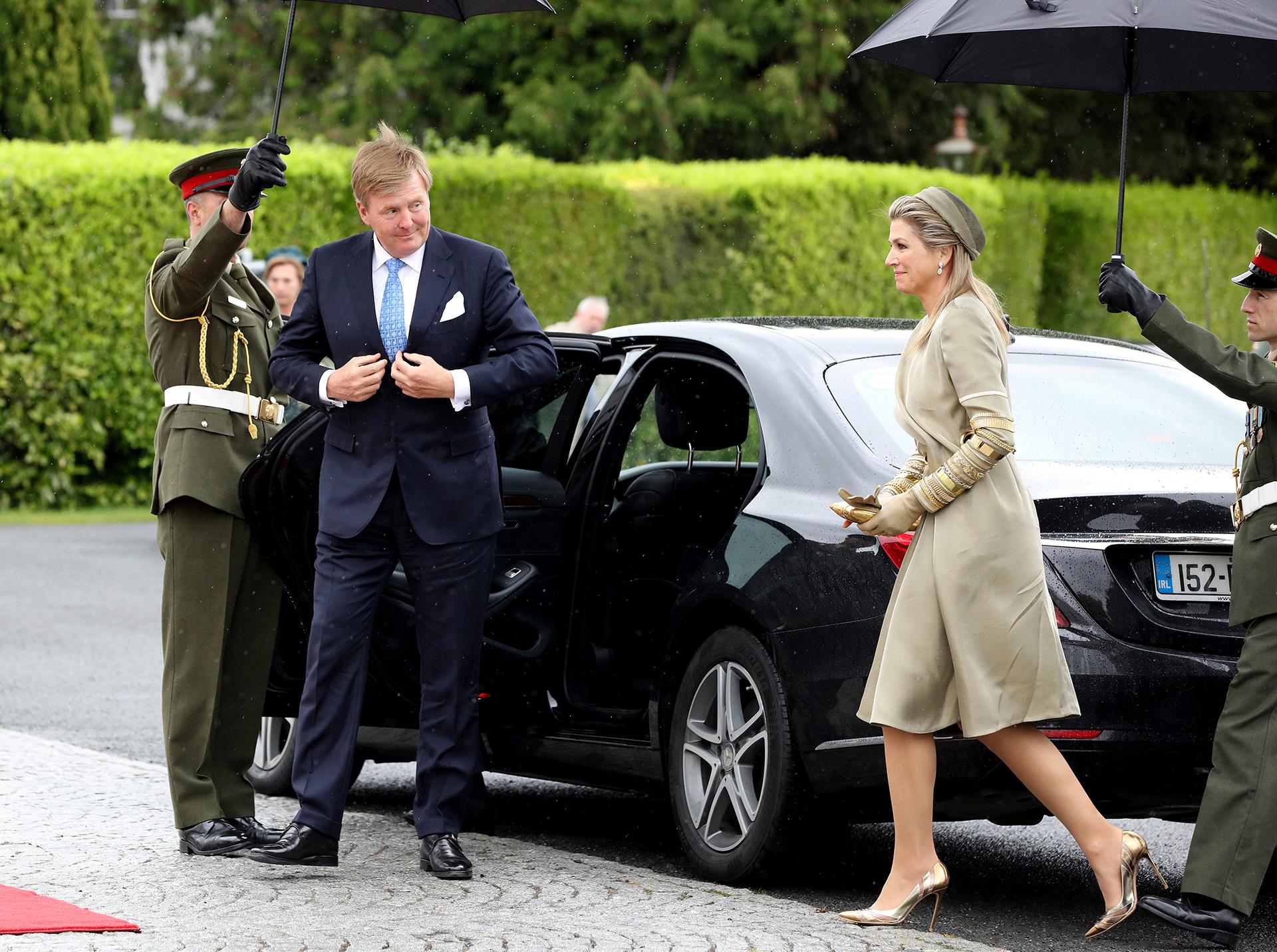 La monarca complementó su look con stilettos y clutch dorados