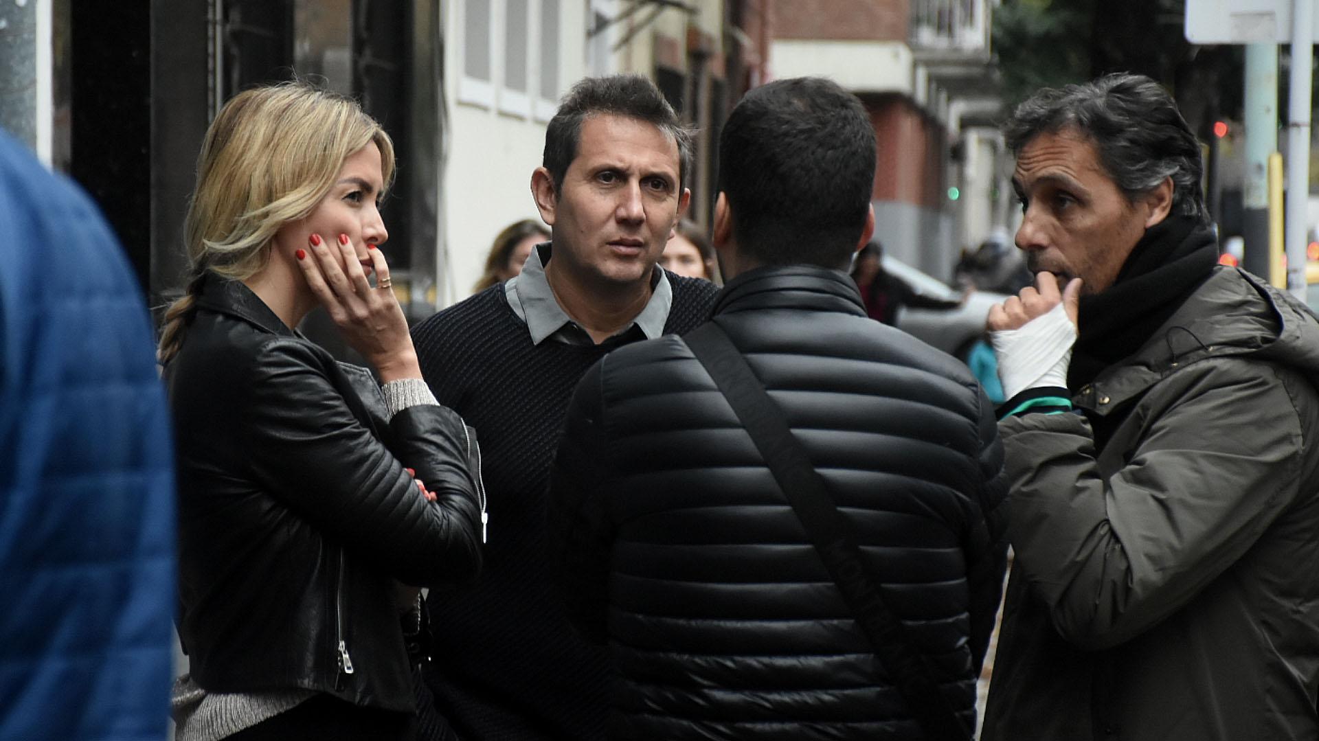 Lala Bruzoni y los periodistas, Juan Pablo Varsky y Gustavo López, despidiendo a su amigo, Sergio Gendler (Foto: Nicolás Stulberg)