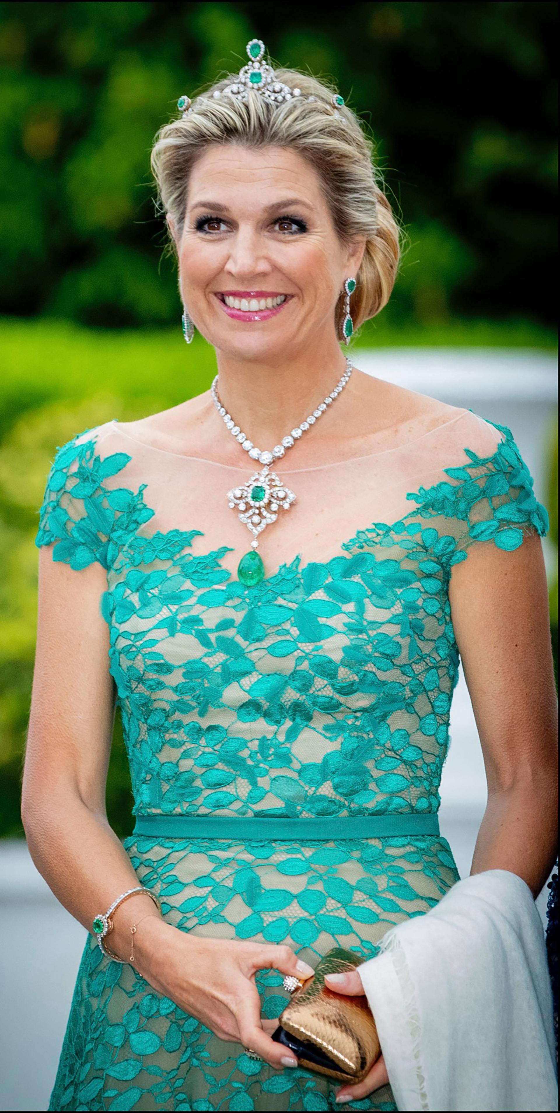 Combinó el look con joyas con esmeraldas y diamentes de la colección real.