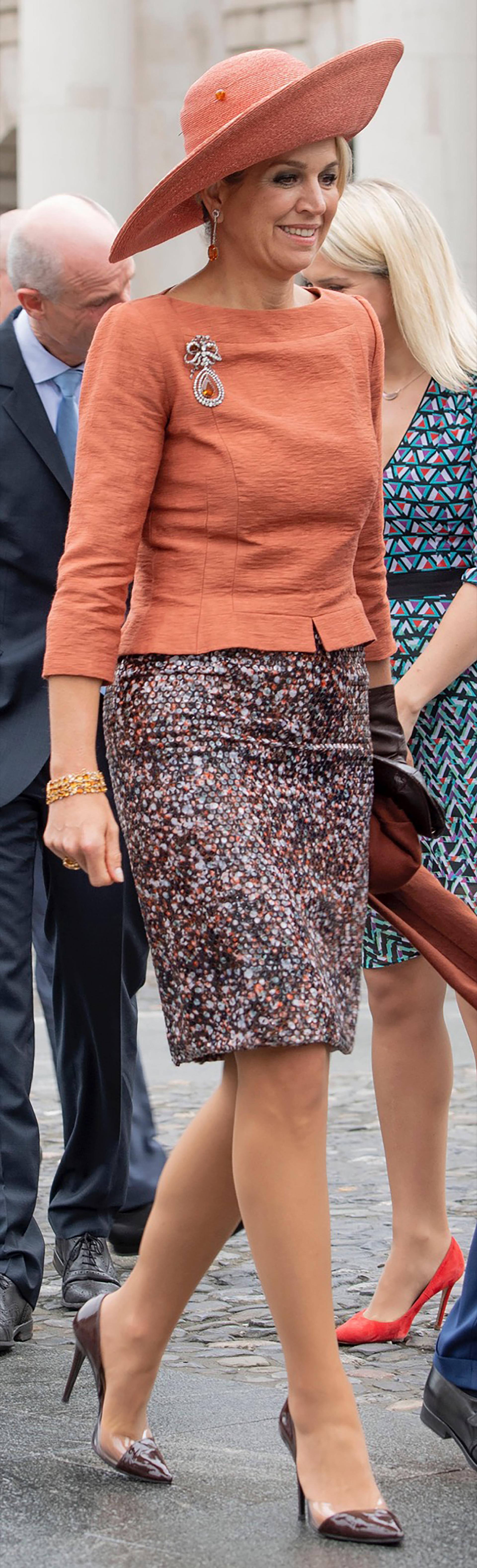 Al día siguiente volvió a brillar con esta falda midi de lentejuelas. Muy trendy.