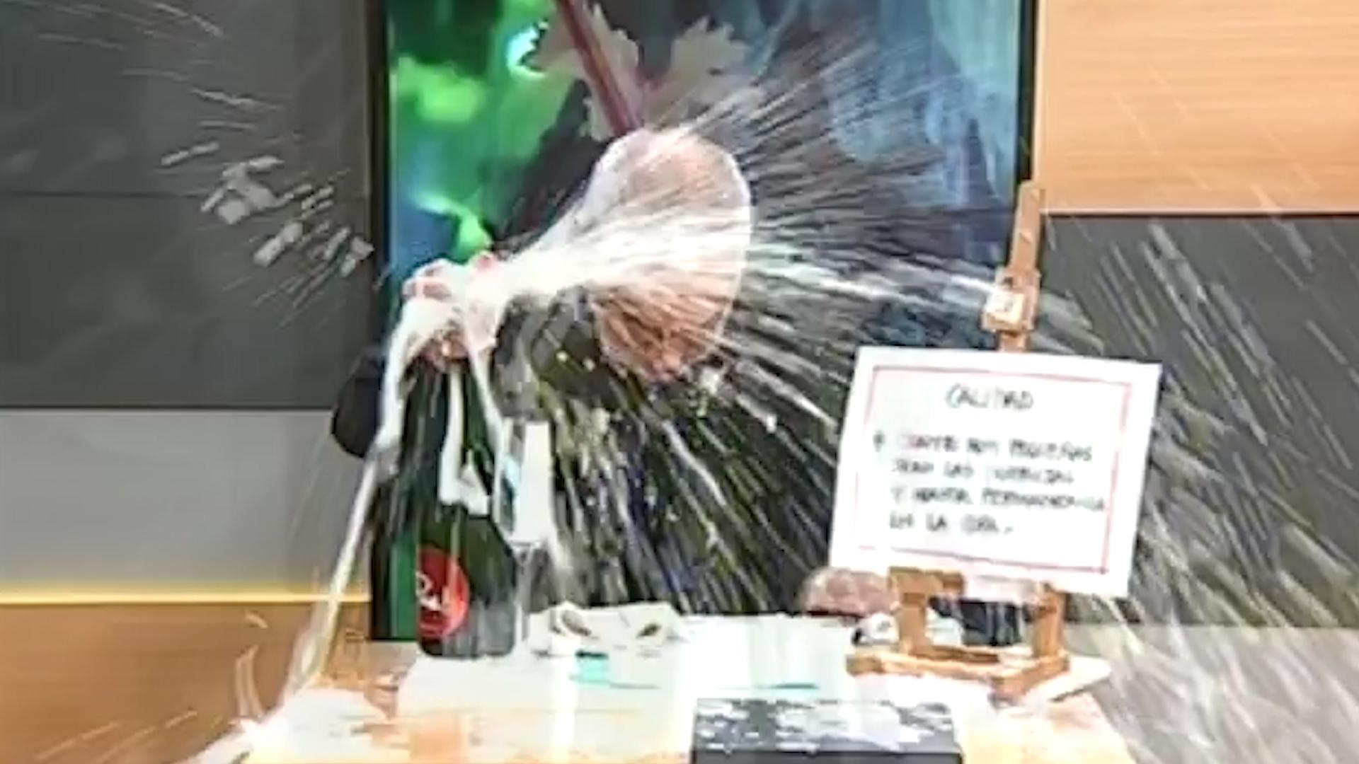 Resultado de imagen para Puede fallar: un sommelier quiso abrir un vino espumante en un programa de televisión y el resultado fue inesperado