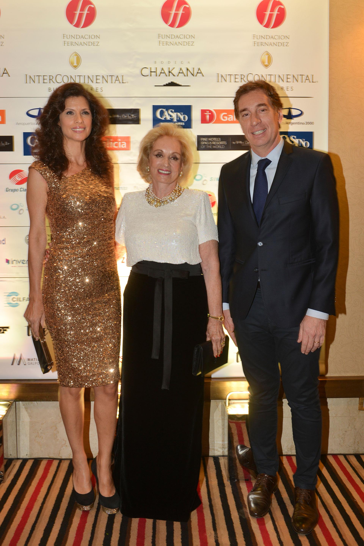 Miriam Bagó, presidenta de la Fundación Dr Juan A. Fernández, junto al vicejefe de Gobierno porteño, Diego Santilli, y su mujer Analía Maiorana.