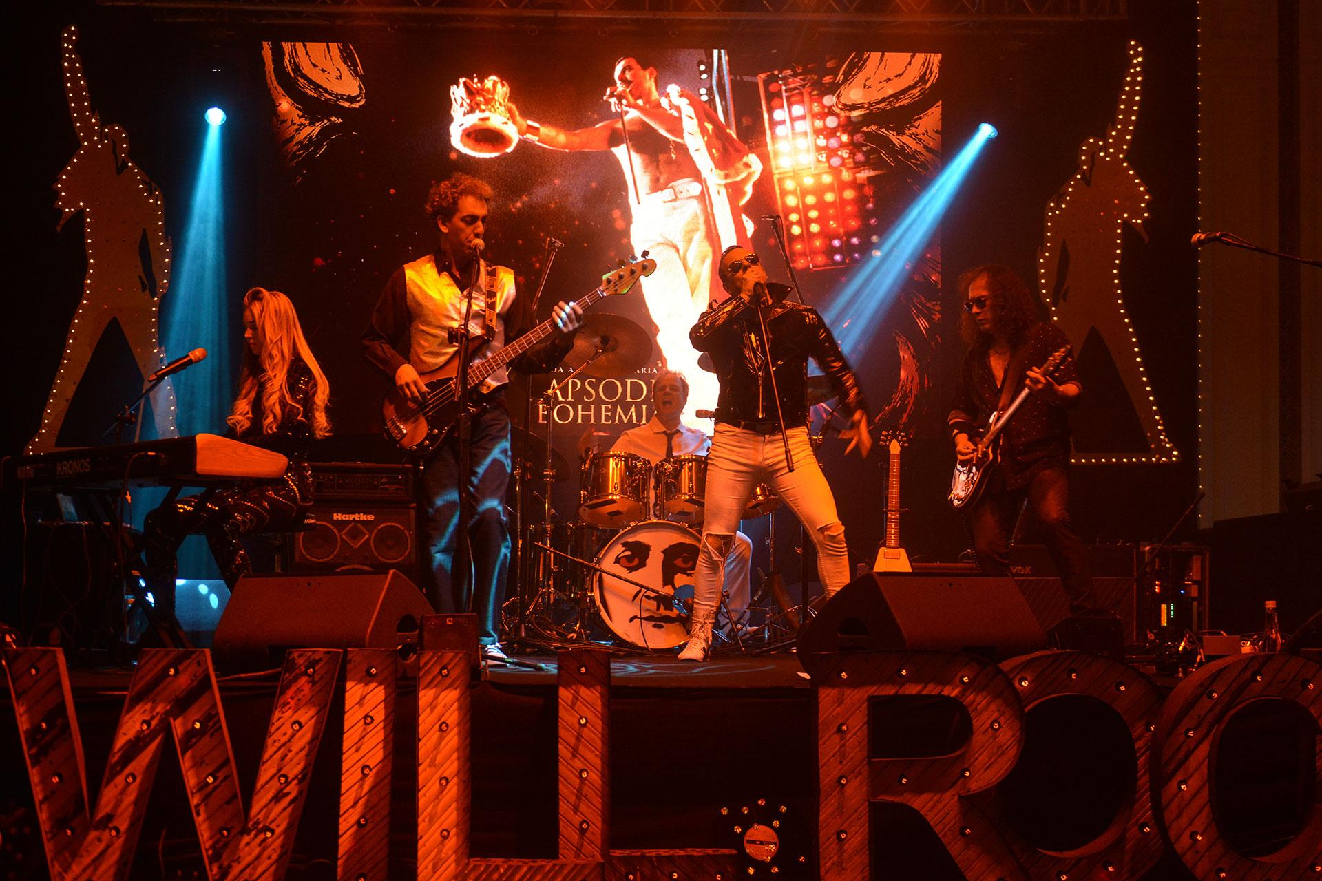 """Esta vez, la cena se llamó """"Rapsodia Bohemia"""", inspirada en Queen y su figura emblemática, Freddy Mercury. Al son de """"We are the champions"""" más de cuatrocientos invitados, pertenecientes a distintos ámbitos empresariales, políticos, culturales y sociales, ingresaron al salón Monserrat del InterContinental Buenos Aires, engalanado con la música y la estética de la emblemática banda de rock."""