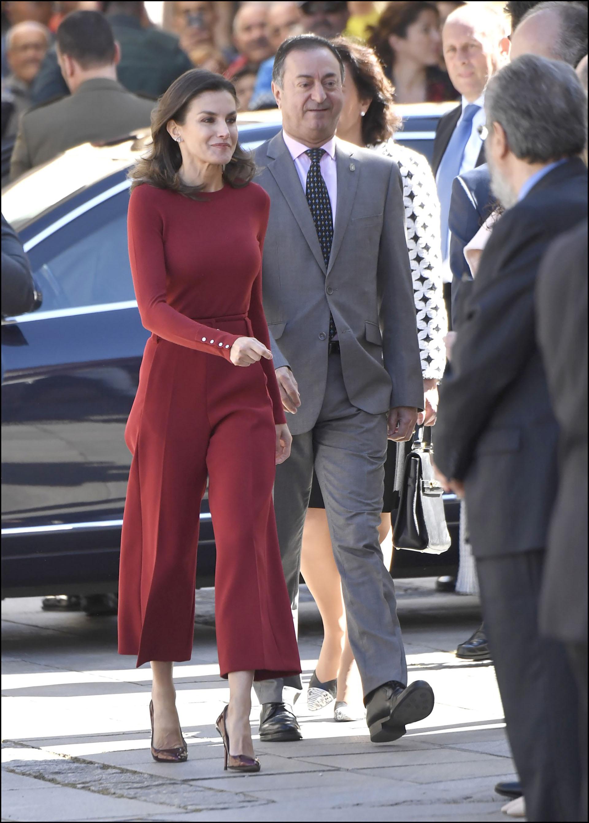 La reina Letizia con un total look rojo. Ella sabe cómo llevar el pantacourt, el ítem de moda 2019.