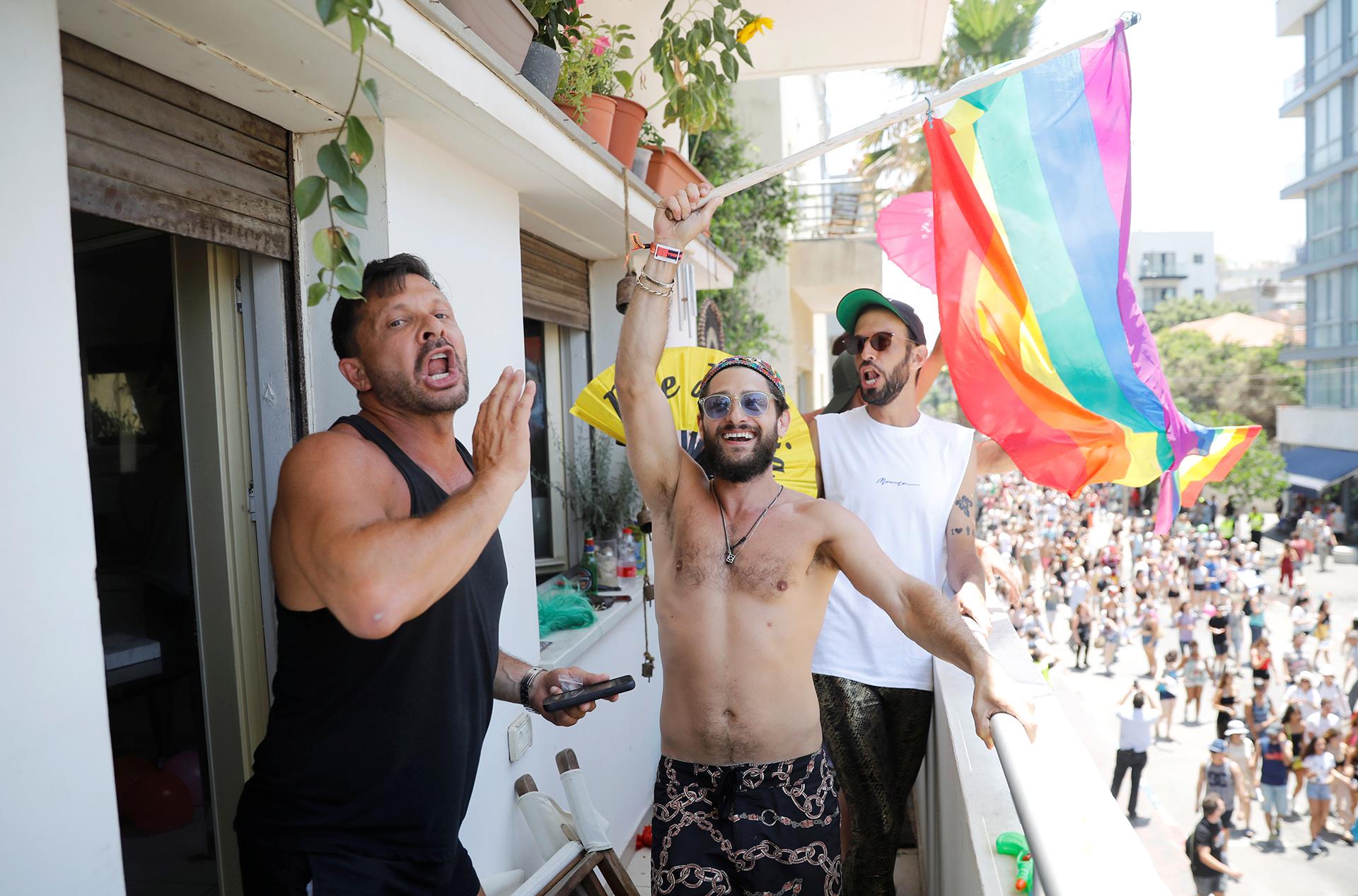 Tres hombres celebran durante la marcha del Orgullo Gay en Tel Aviv.