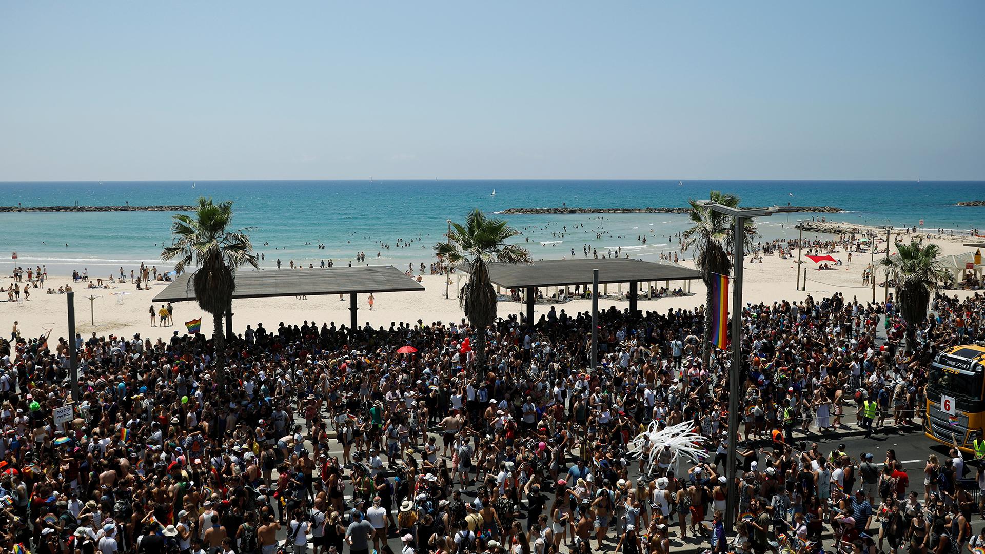 Los congregados marcharon por las calles más céntricas de la moderna Tel Aviv, bañada por el mar Mediterráneo y marcada por la altura de sus altos edificios a orillas del mar.