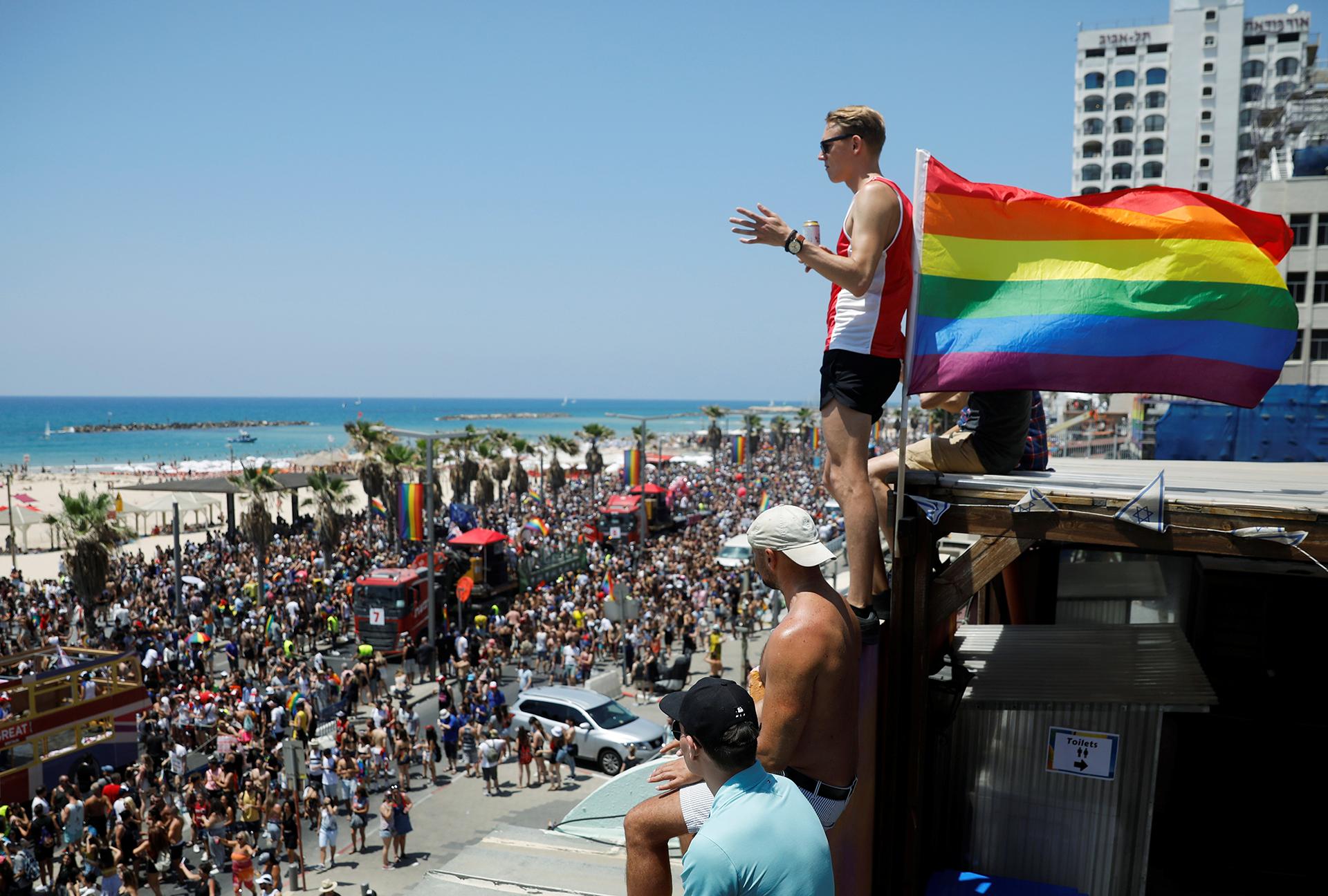 Participantes festejan la vigésima primera edición de la marcha del Orgullo Gay de Tel Aviv