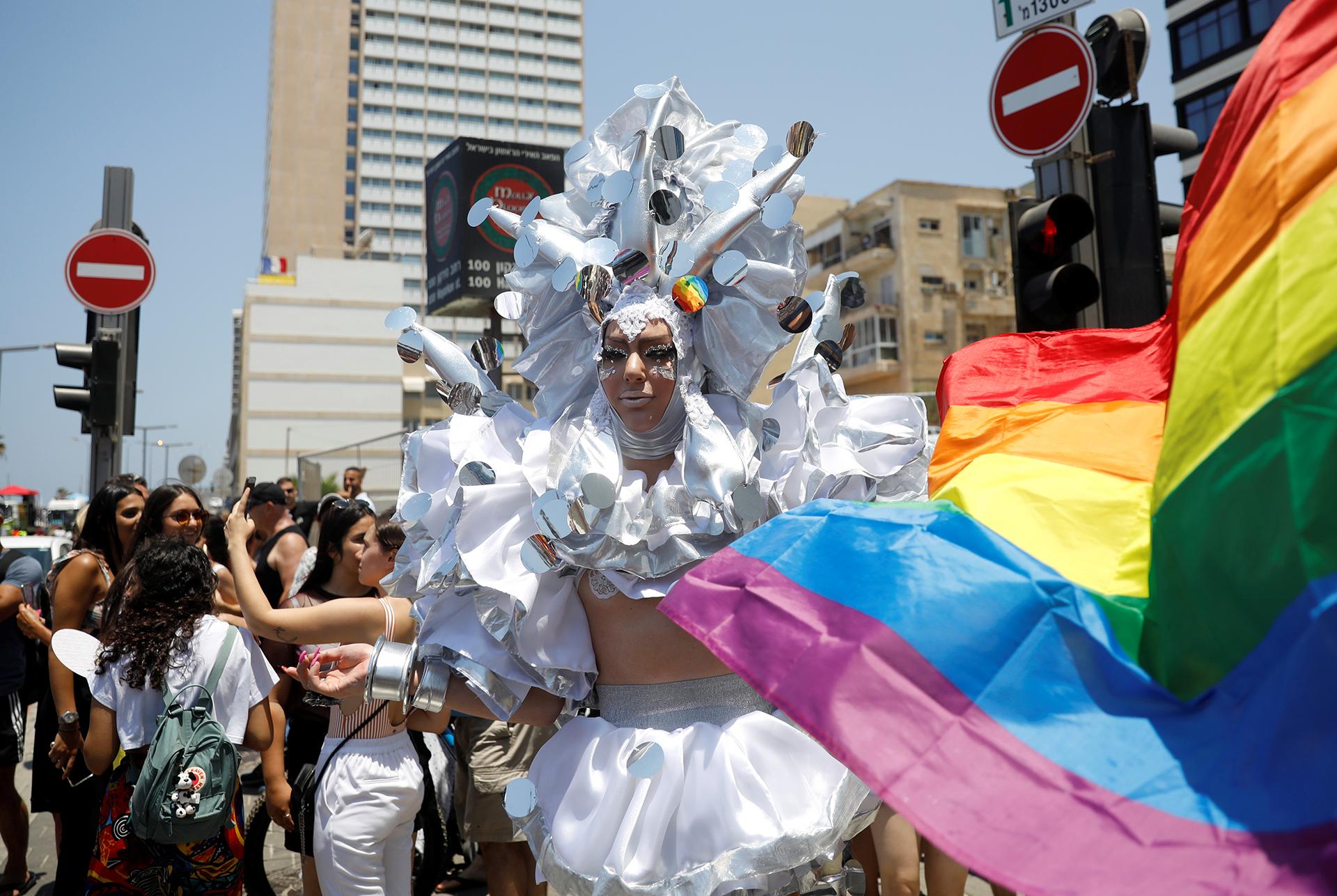 Una persona disfrazada en el desfile gay de Tel Aviv