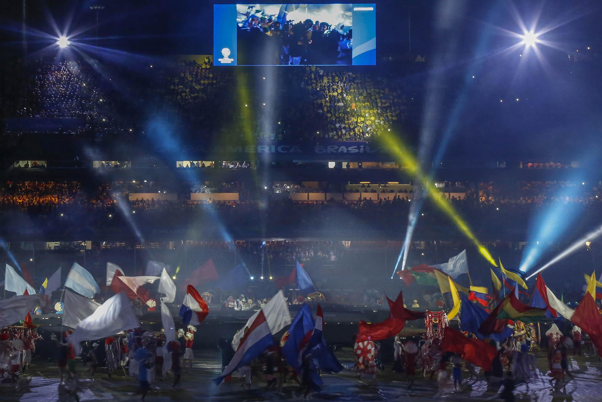 Música típica de cada país y las banderas en el inicio del torneo