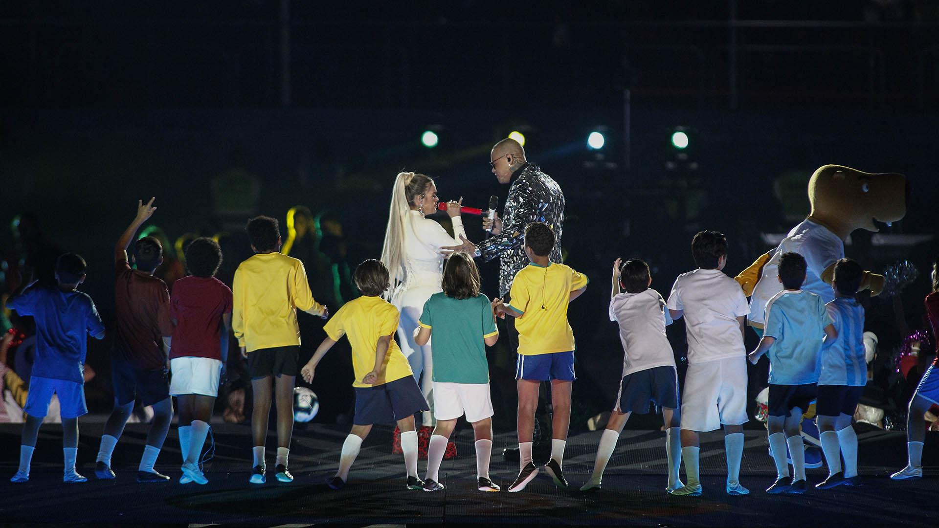 Los 12 niños y Zizito, la mascota de la ceremonia, acompañando a las figuras musicales