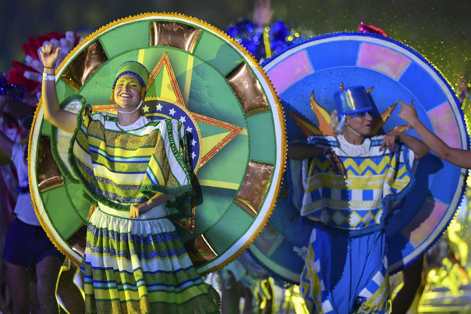Artistas con trajes representando a cada una de las 12 naciones que participan