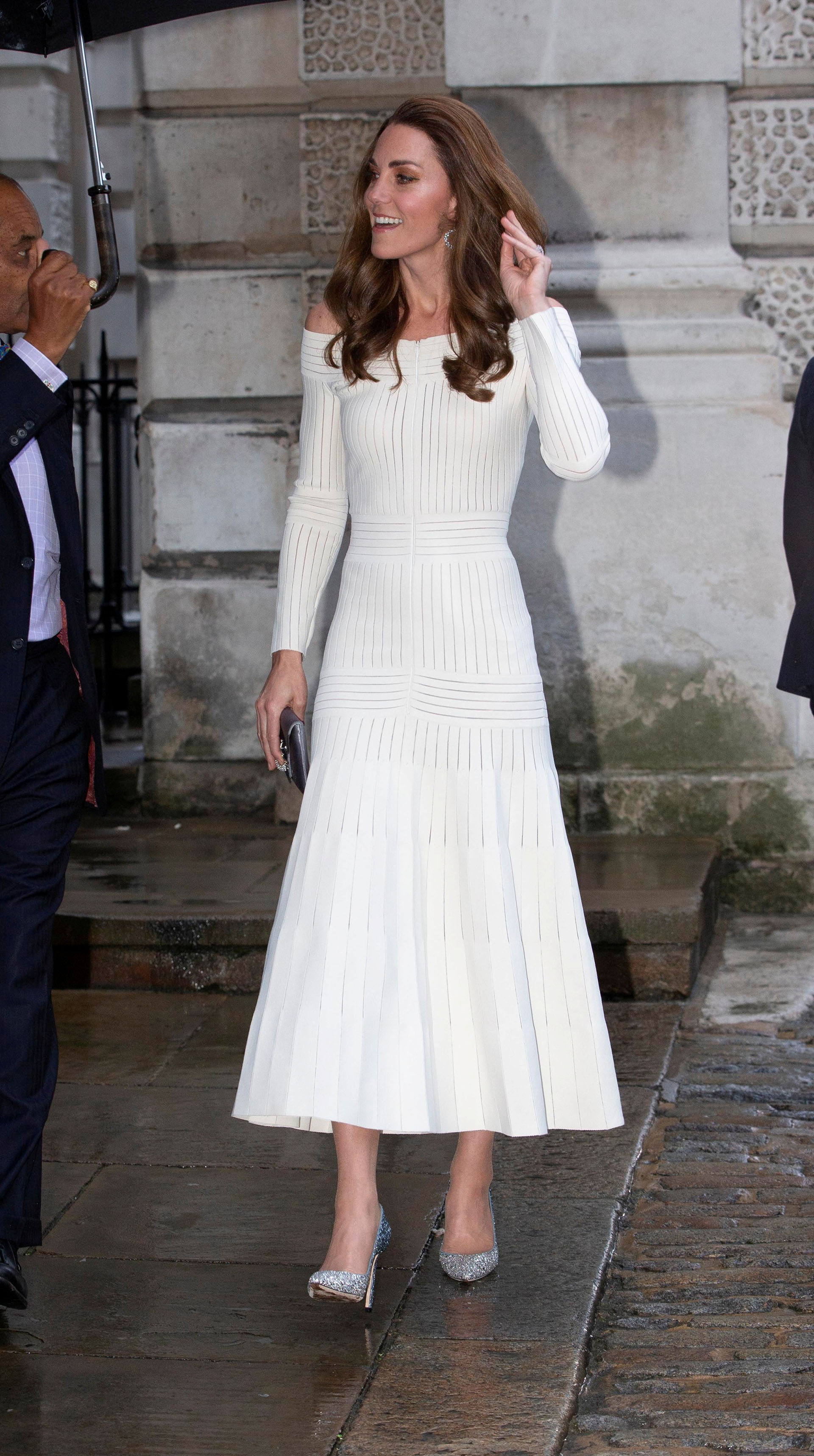 Catalina lució su esbelta figura con este vestido totalmente pegado a su cuerpo