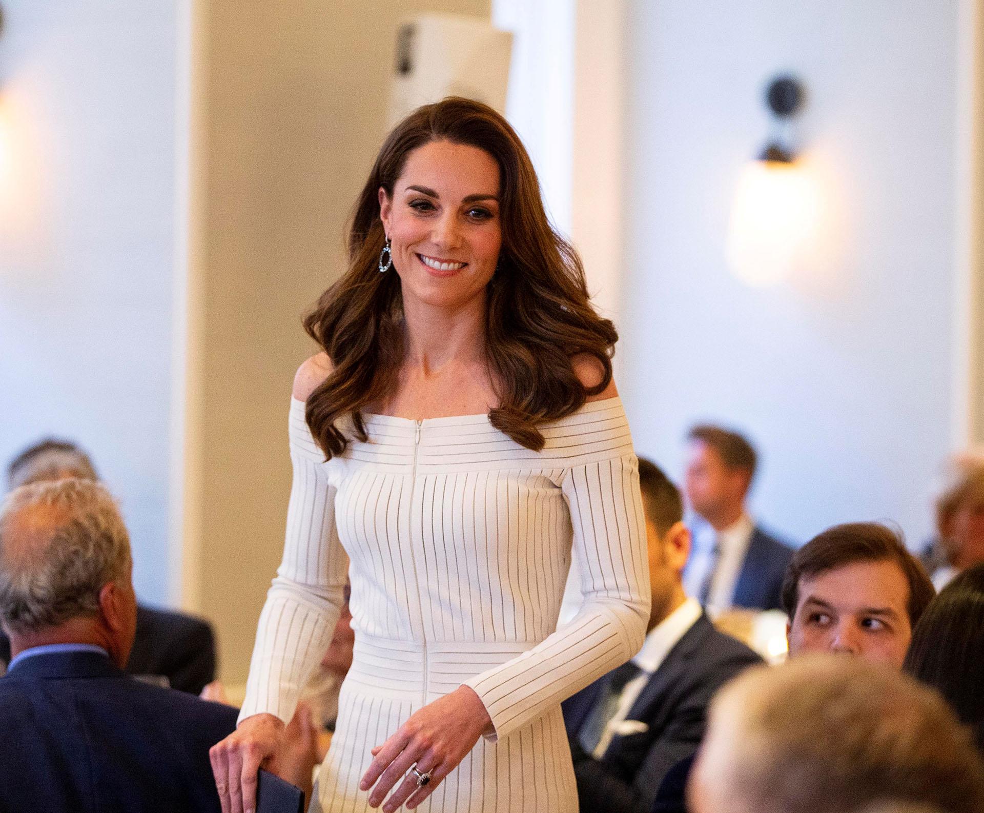 En su mano izquierda, su alianza matrimonial y el famoso anillo de zafiros y brillantes con el que se comprometió con el príncipe Guillermo