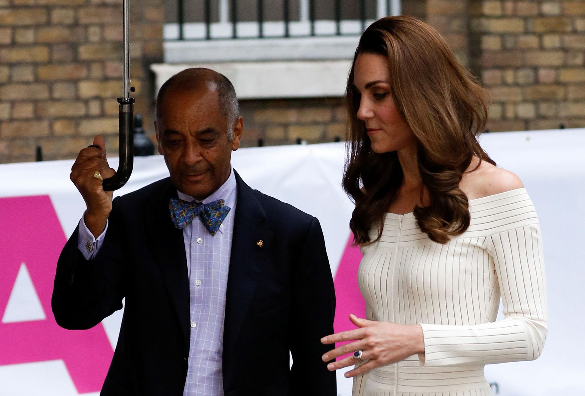 La esposa del príncipe Guillermo a su llegada a Somerset House, bajo una intensa lluvia