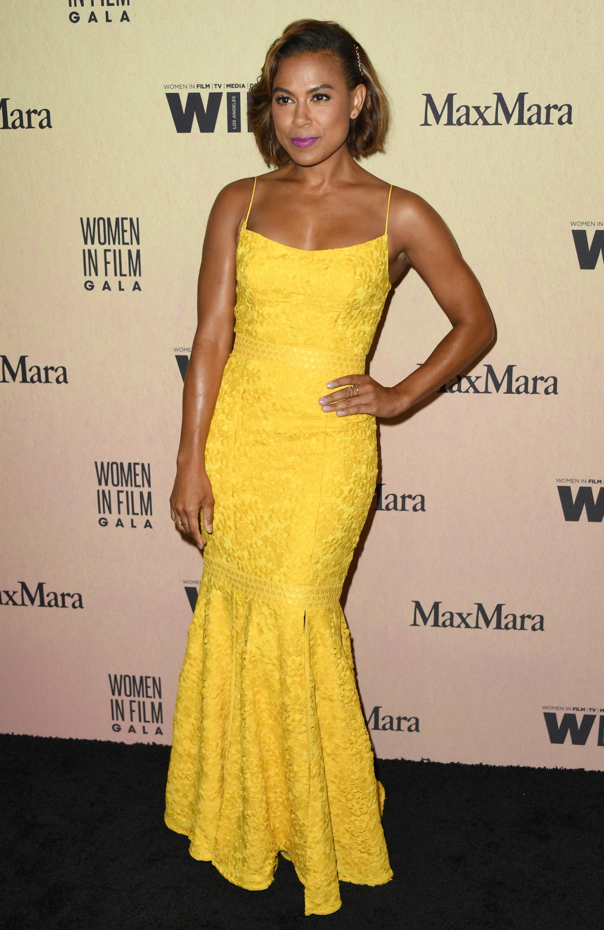 Toni Trucks y su llamativo vestido amarillo