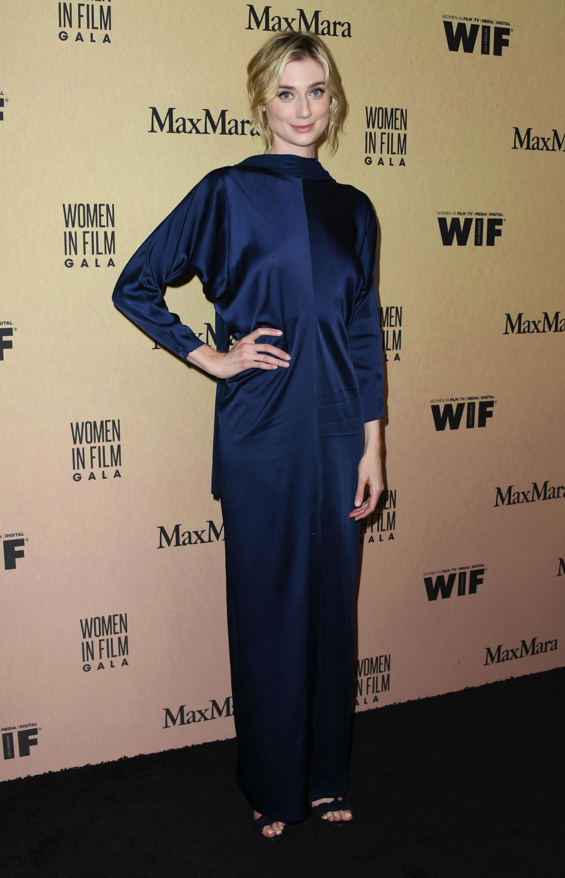 Elizabeth Debicki lució su figura con este vestido azul de línea simple /// Fotos: AFP