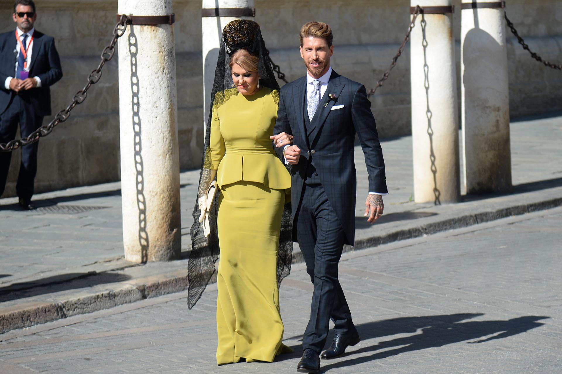Sergio Ramos al llegar a la Catedral de Sevilla en compañía de su madre Paqui Gracia
