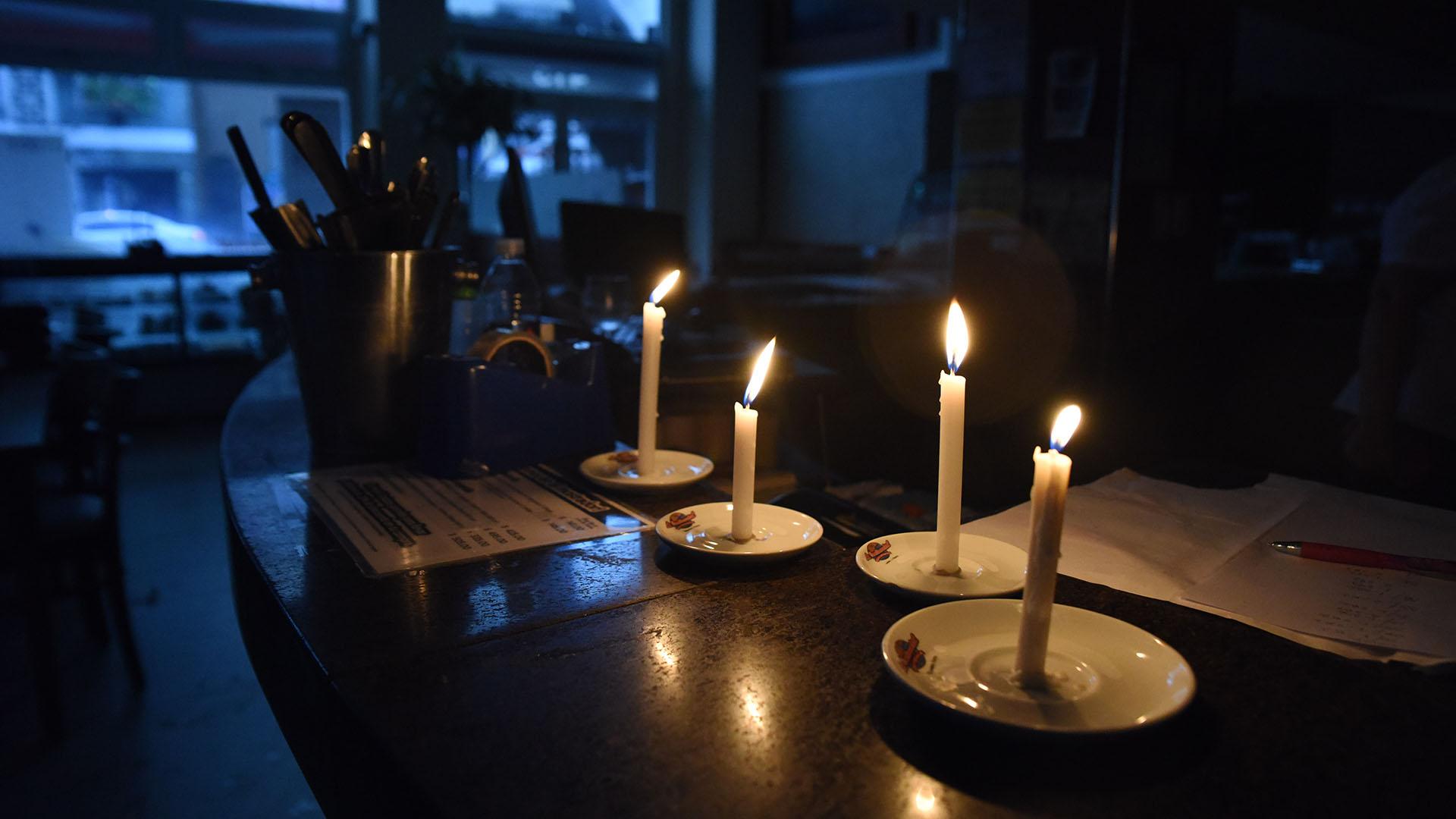 Esperando el restablecimiento del servicio a la luz de las velas
