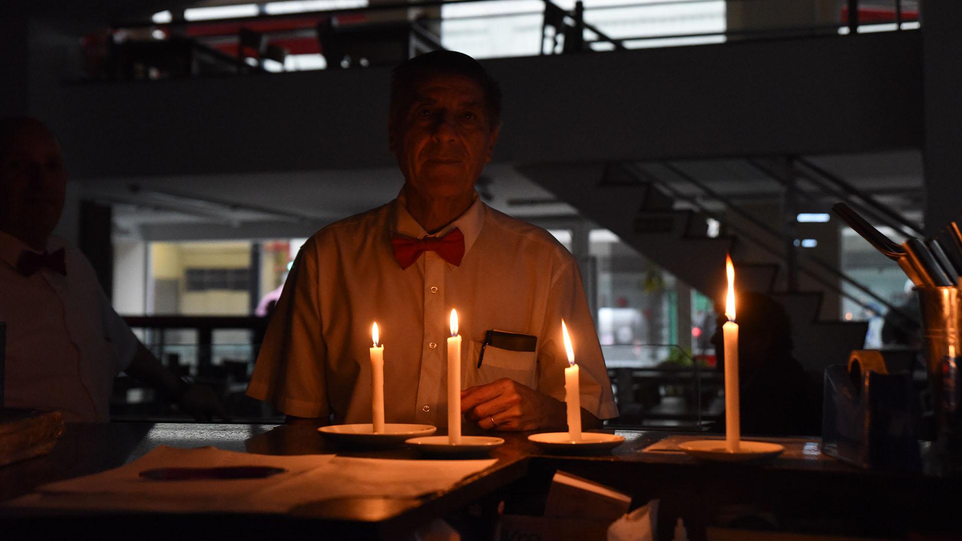 Muchos bares y restaurantes, con las reservas a tope por los festejos del Día del Padre, continuaron abiertos a la luz de las velas