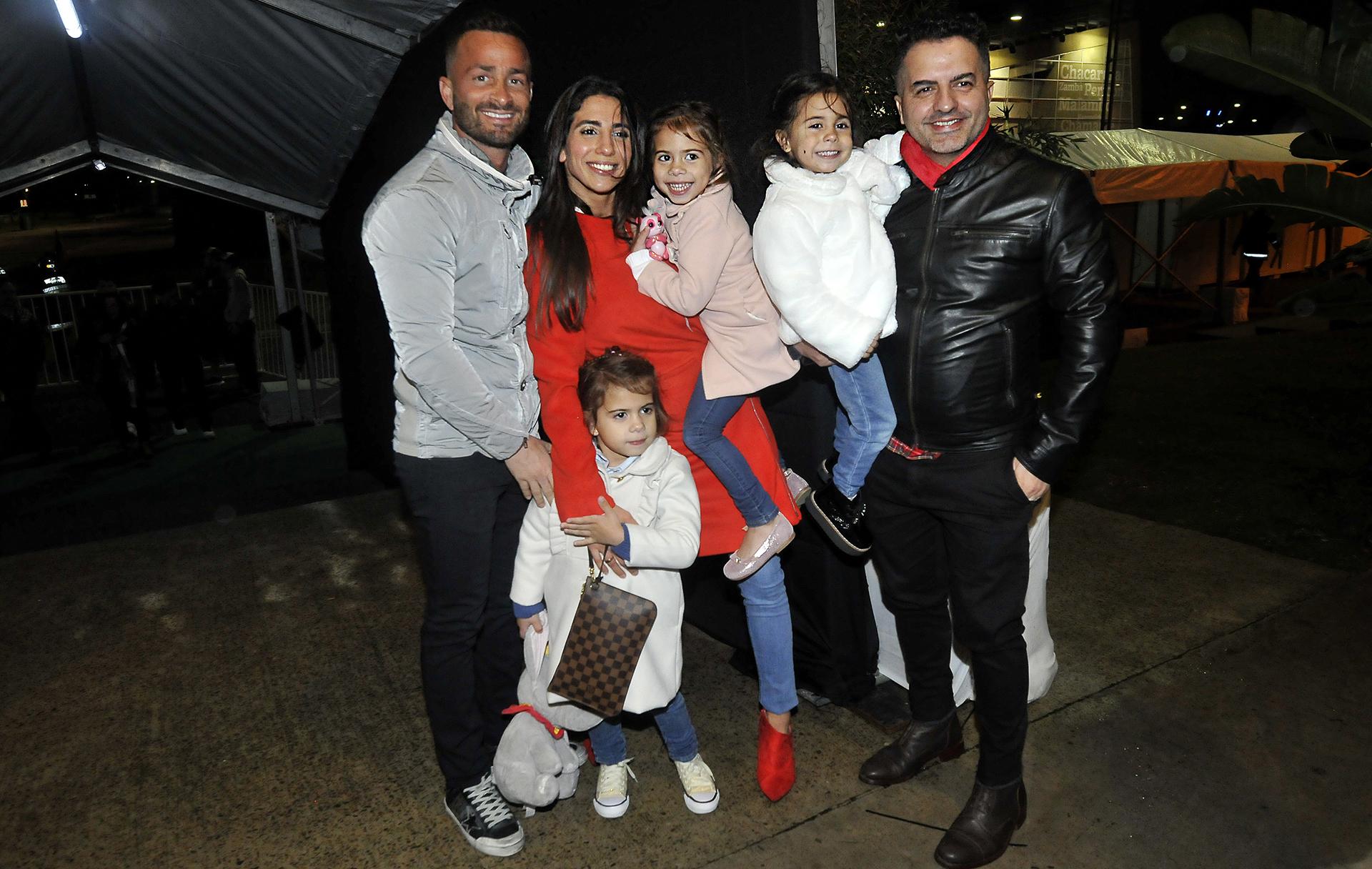Cinthia Fernández junto a sus tres hijas, su novio, Martín Baclini, y Ángel de Brito