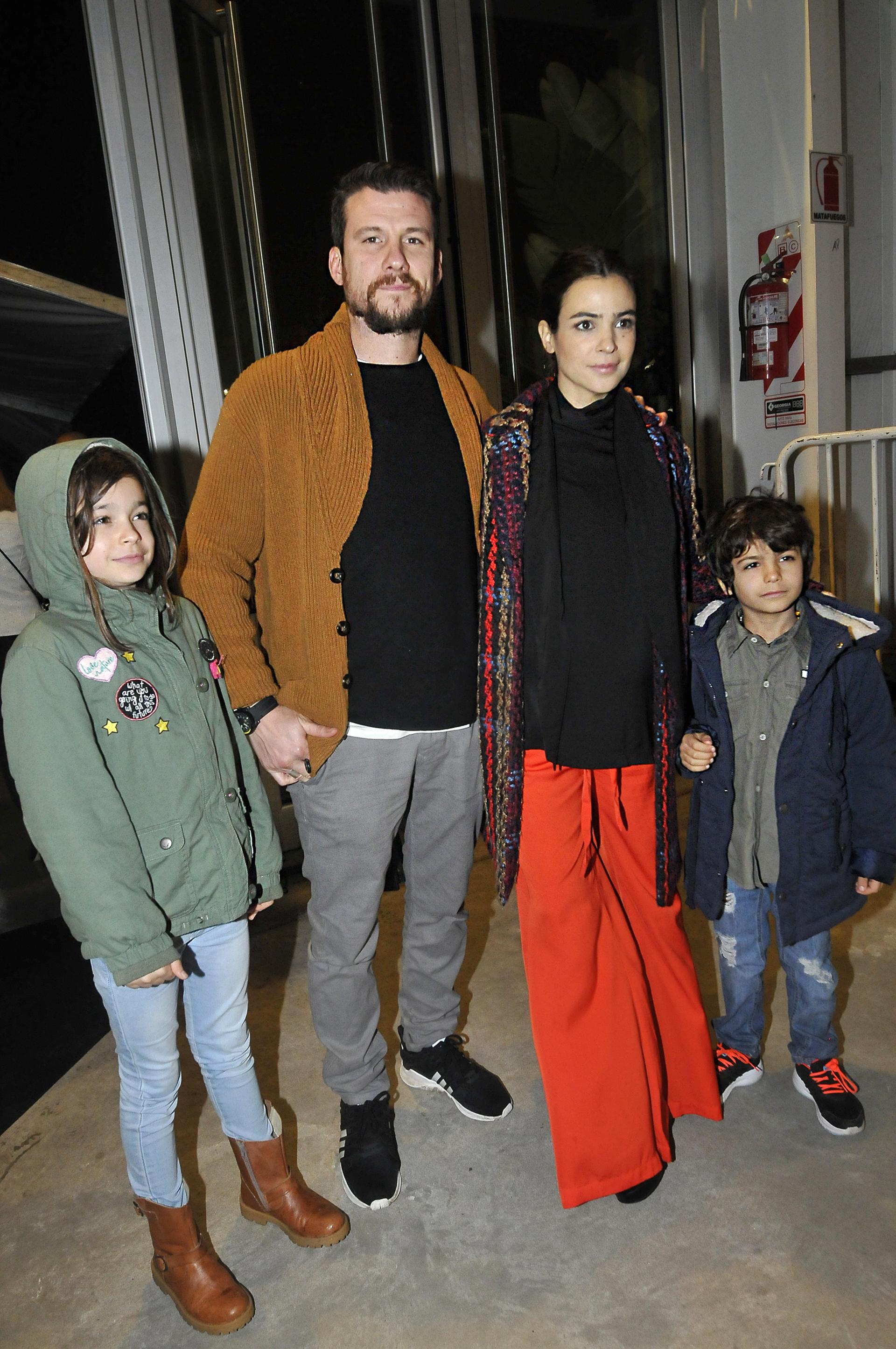 """Agustina Cherri con su novio, Tomás """"Pepo"""" Vera, y sus hijos, Muna y Nilo"""