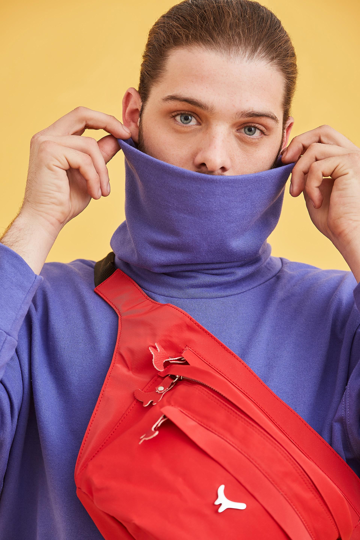 El influencer e instagrammer, Santiago Maratea también fue convocado por las diseñadoras para la campaña y lució con la riñonera XL en tela impermeable en color rojo
