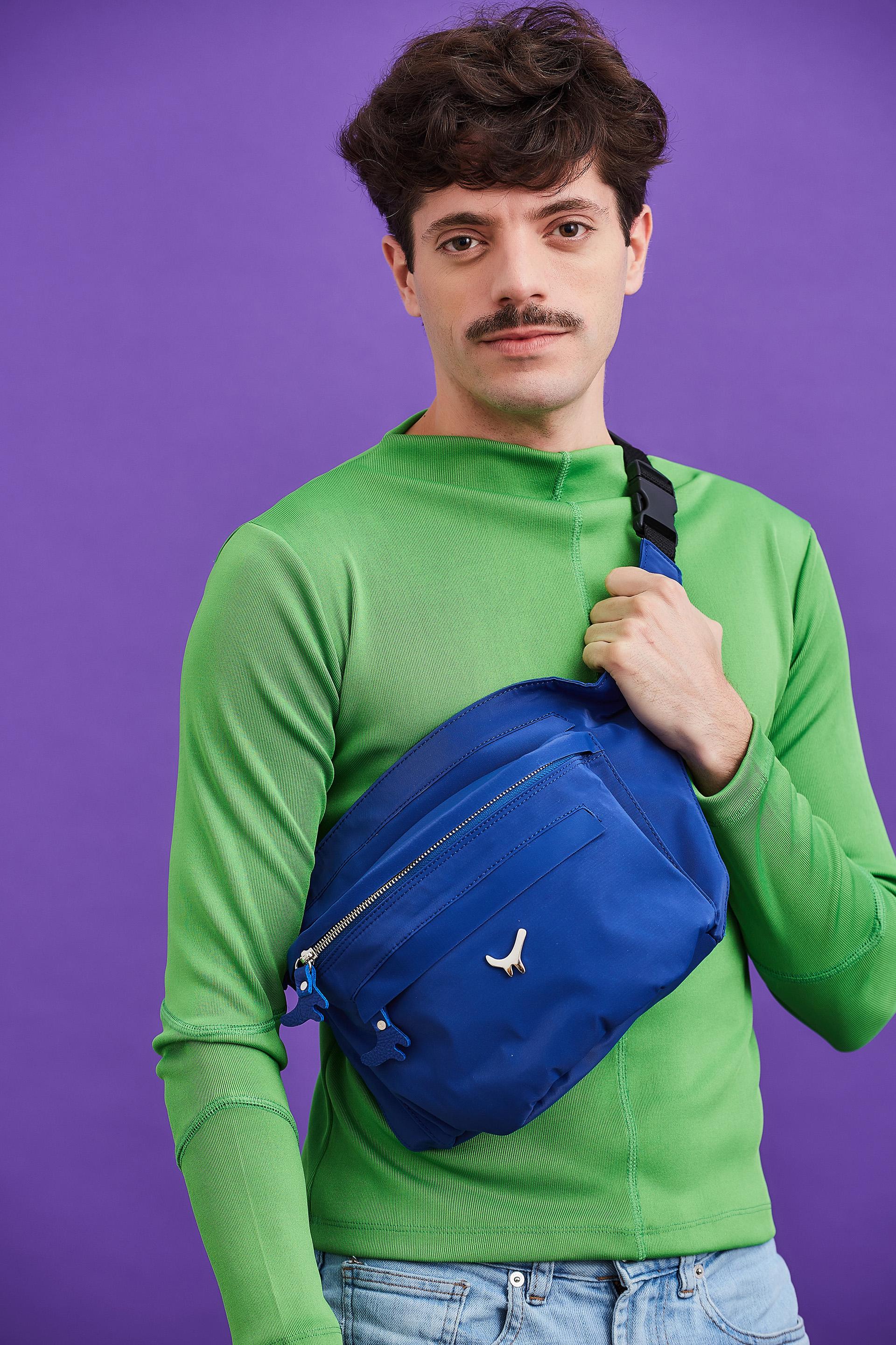Fede Salles fue una de las participaciones masculinas en la campaña de invierno Helicia 2019 y lució la riñonera XL en color azul. Con varios compartimientos, el accesorio furor de la temporada también es apto para los hombres