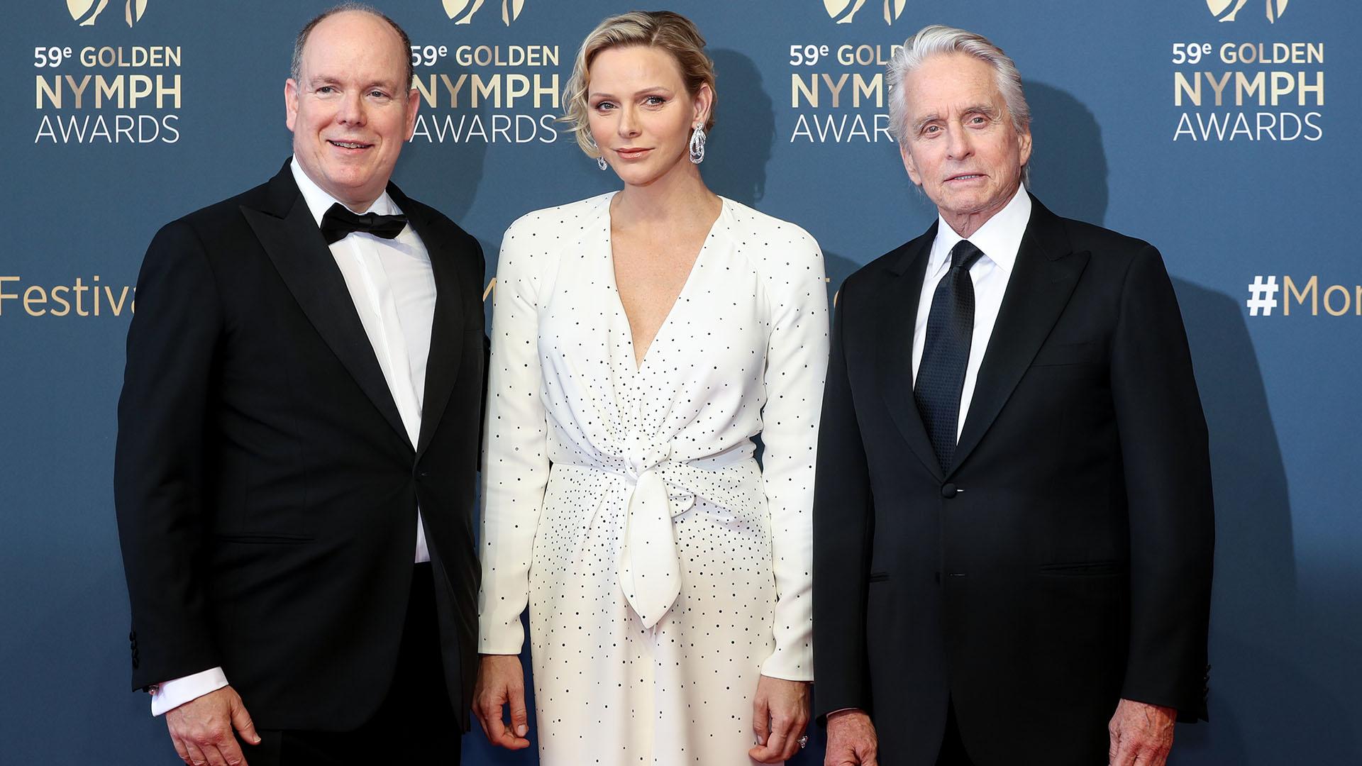 El Soberano y su mujer posan junto a Michael Douglas, quien ganó un premio Golden Nymph por su carrera