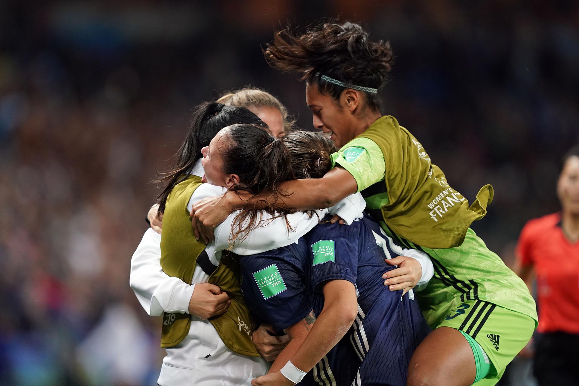 La jugadores argentinas se fundieron en un abrazo para celebrar el histórico resultado