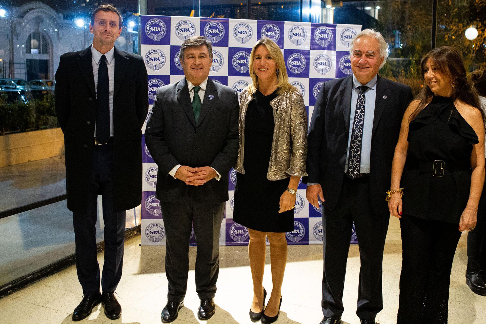 Daniel Pelegrina y Catalina Velasco Suárez, Carlos Vaquer y Pimpi Smith junto a Michal Swietlik, cónsul de Polonia