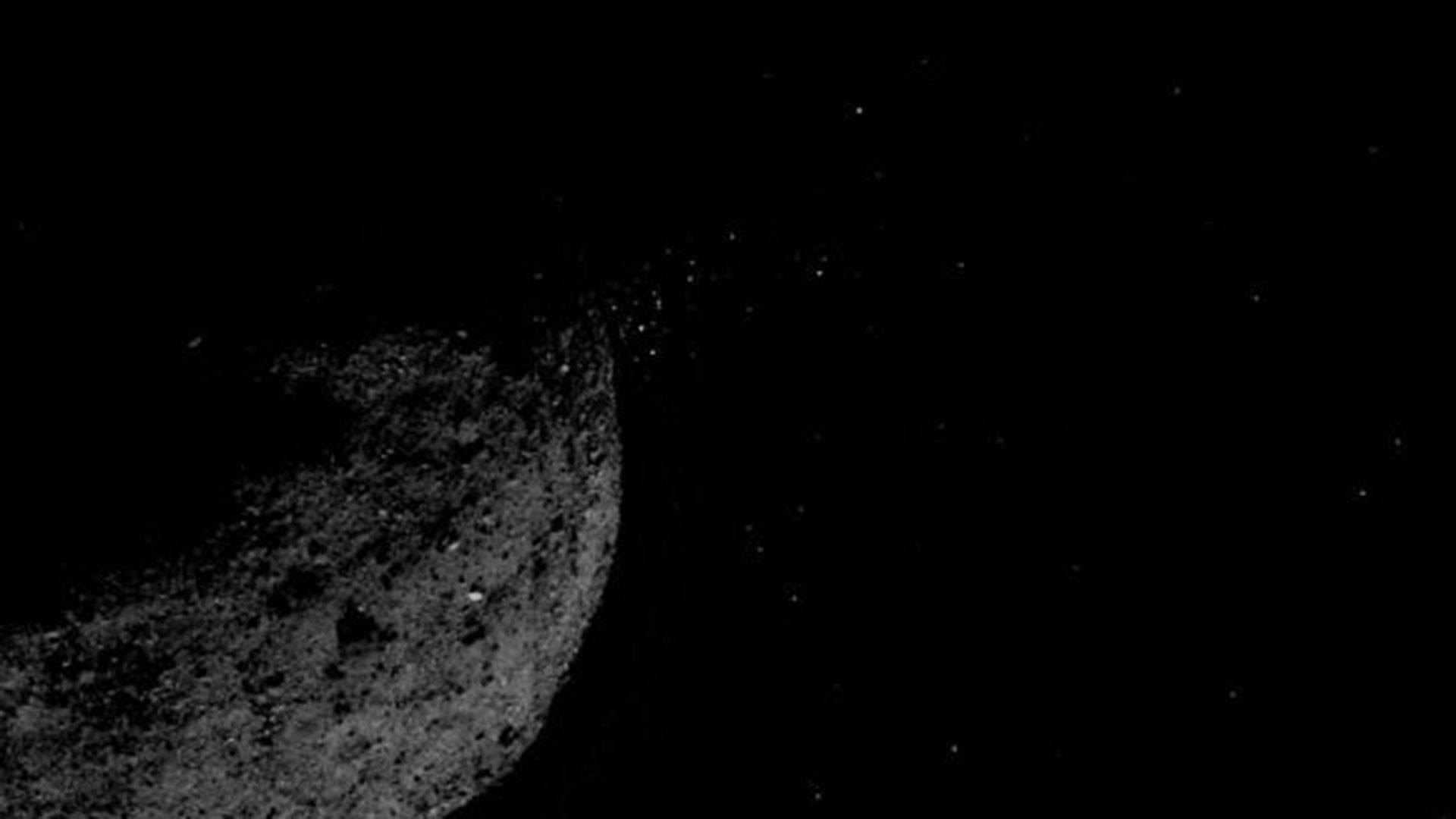 Los científicos se sorprendieron al ver que estas partículas eran expulsadas de Bennu. Durante la primera parte de Orbital B, la nave espacial investigará el fenómeno. (NASA – Universidad de Arizona)