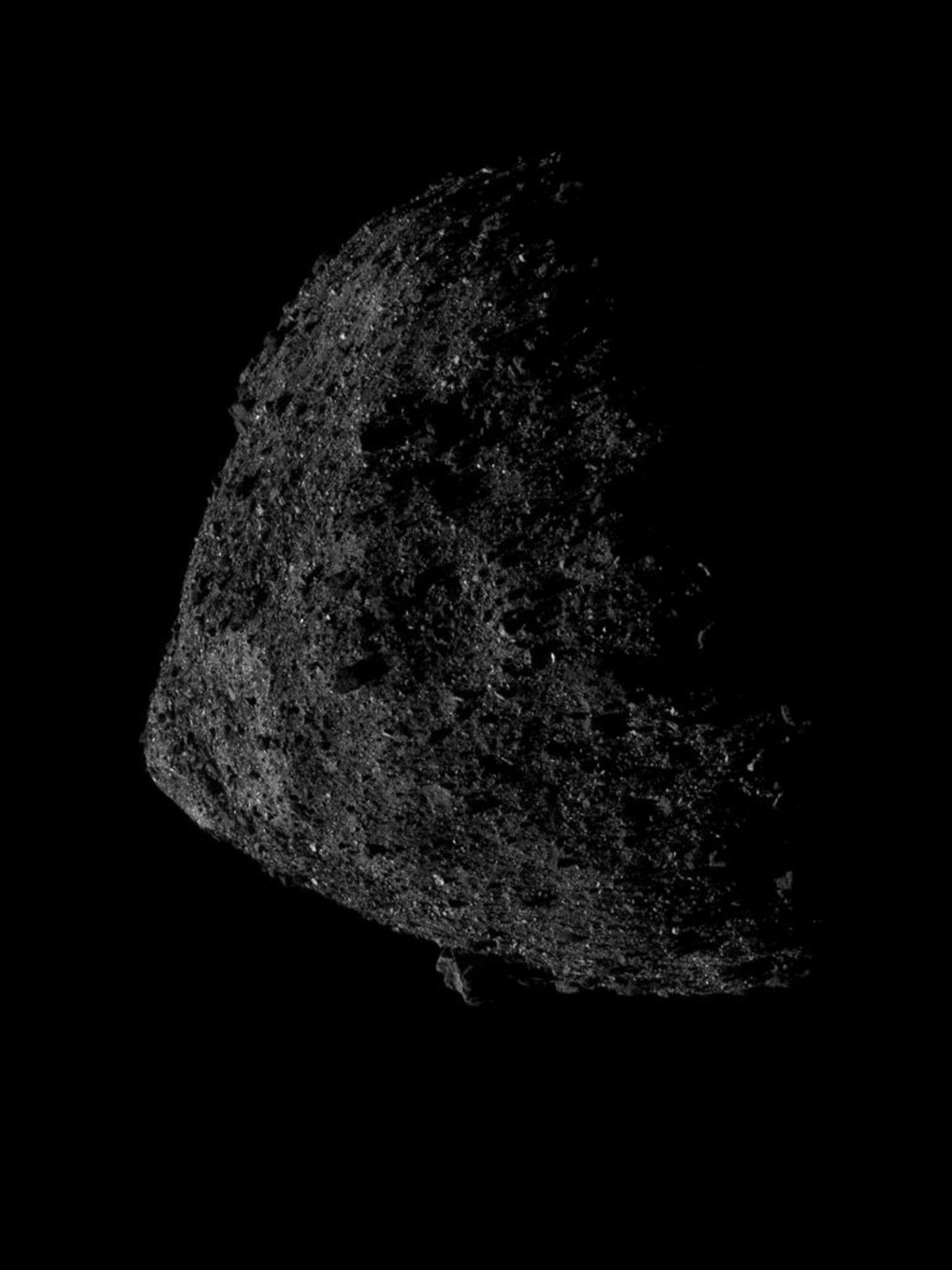 Esta imagen del asteroide Bennu fue tomada a una altitud de sólo 690 metros de la superficie del asteroide.(NASA – Universidad de Arizona)
