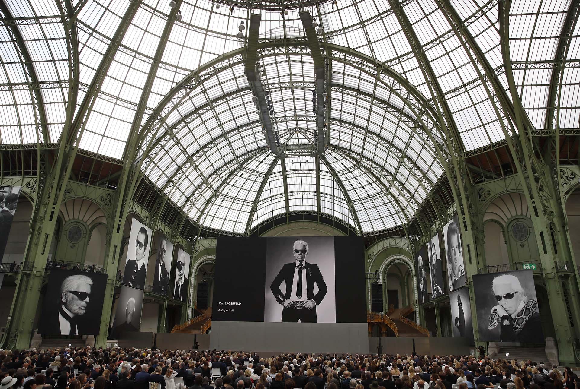 Las fotos en blanco y negro de las pantallas gigantes, unos retratos del diseñador alemán tomadas por la reconocida fotógrafa Annie Leibovitz en el centro del Grand Palais