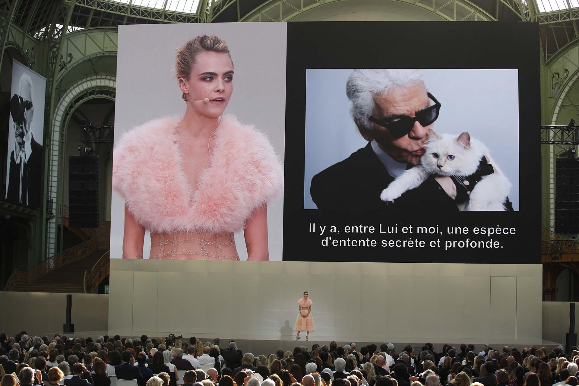 Cara Delevingne, una de las musas preferidas de Karl Lagerfeld durante años para Chanel, se paró frente a los 2.500 invitados al homenaje con un vestido rosa y dijo unas palabras recordando al diseñador.