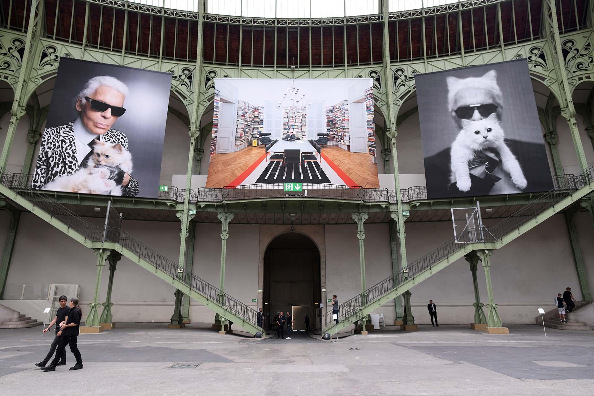 Las fotos con su gata Choupette no faltaron como decoración en el Grand Palais. Ella fue una de sus grandes compañeras de vida