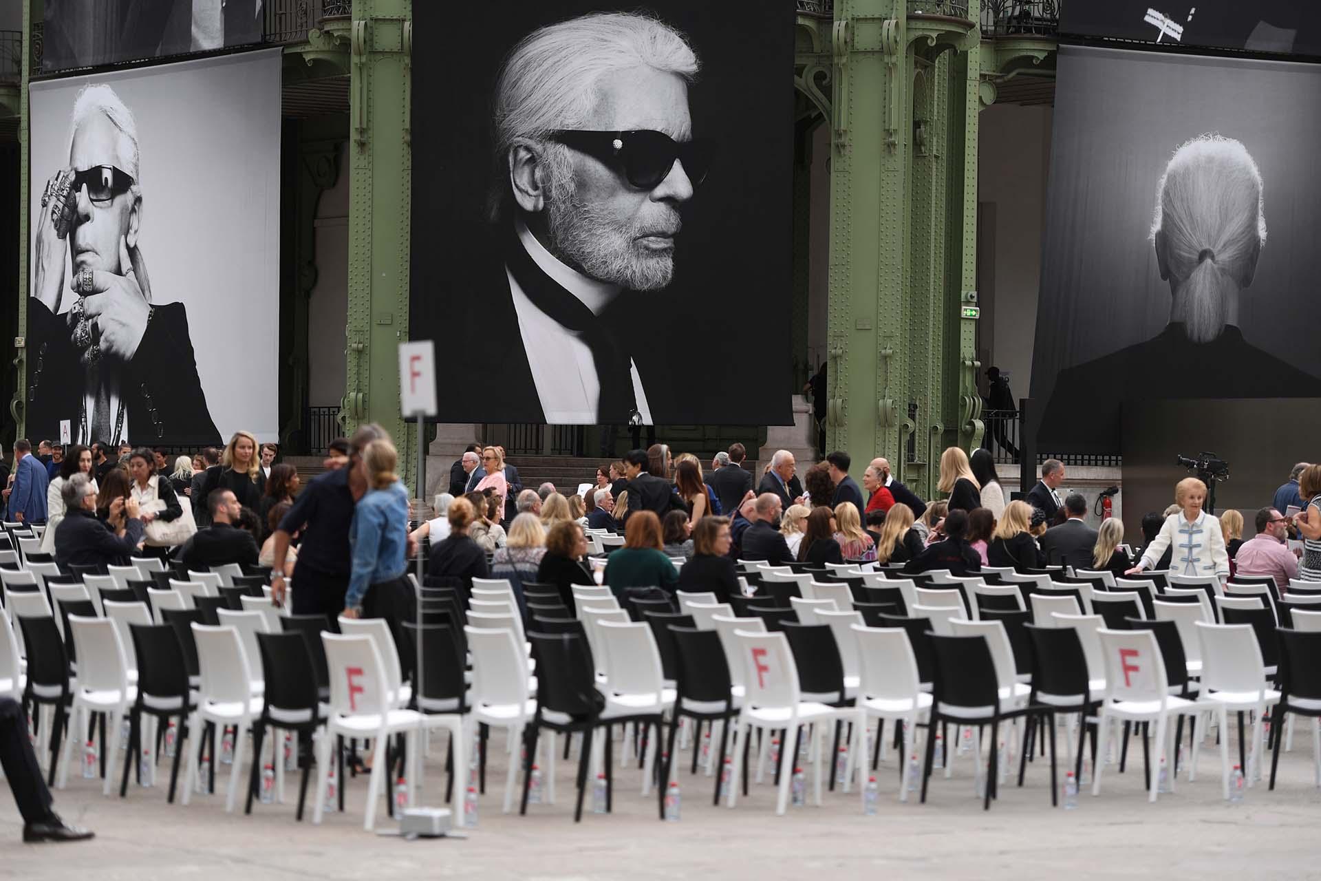 El diseñador alemán falleció el 19 de febrero de este año, pero no hubo funeral ya que él no quería que eso pasara. Meses después llegó el tan merecido homenaje. En su lugar de siempre, donde con Chanel hacía sus majestuosos desfiles le rindieron un homenaje con más de 2.500 personas