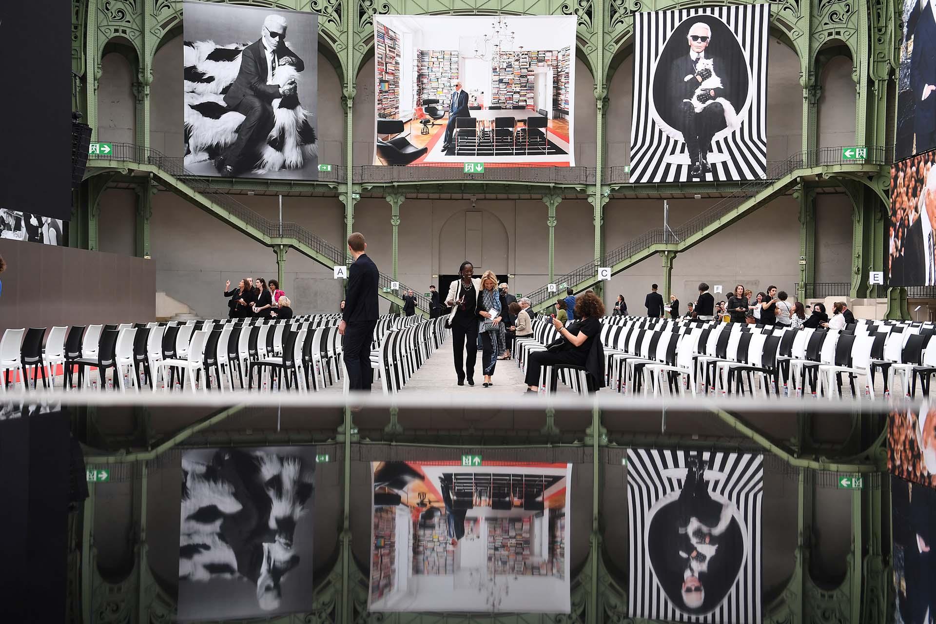 En el decorado del Grand Palais no faltó ningún detalle. Las sillas blancas y negras, los dos colores preferidos del káiser. En las columnas los mejores retratos de Lagerfeld durante los años como diseñador y director creativo de sus tres firmas, Karl Lagerfeld, Fendi y Chanel