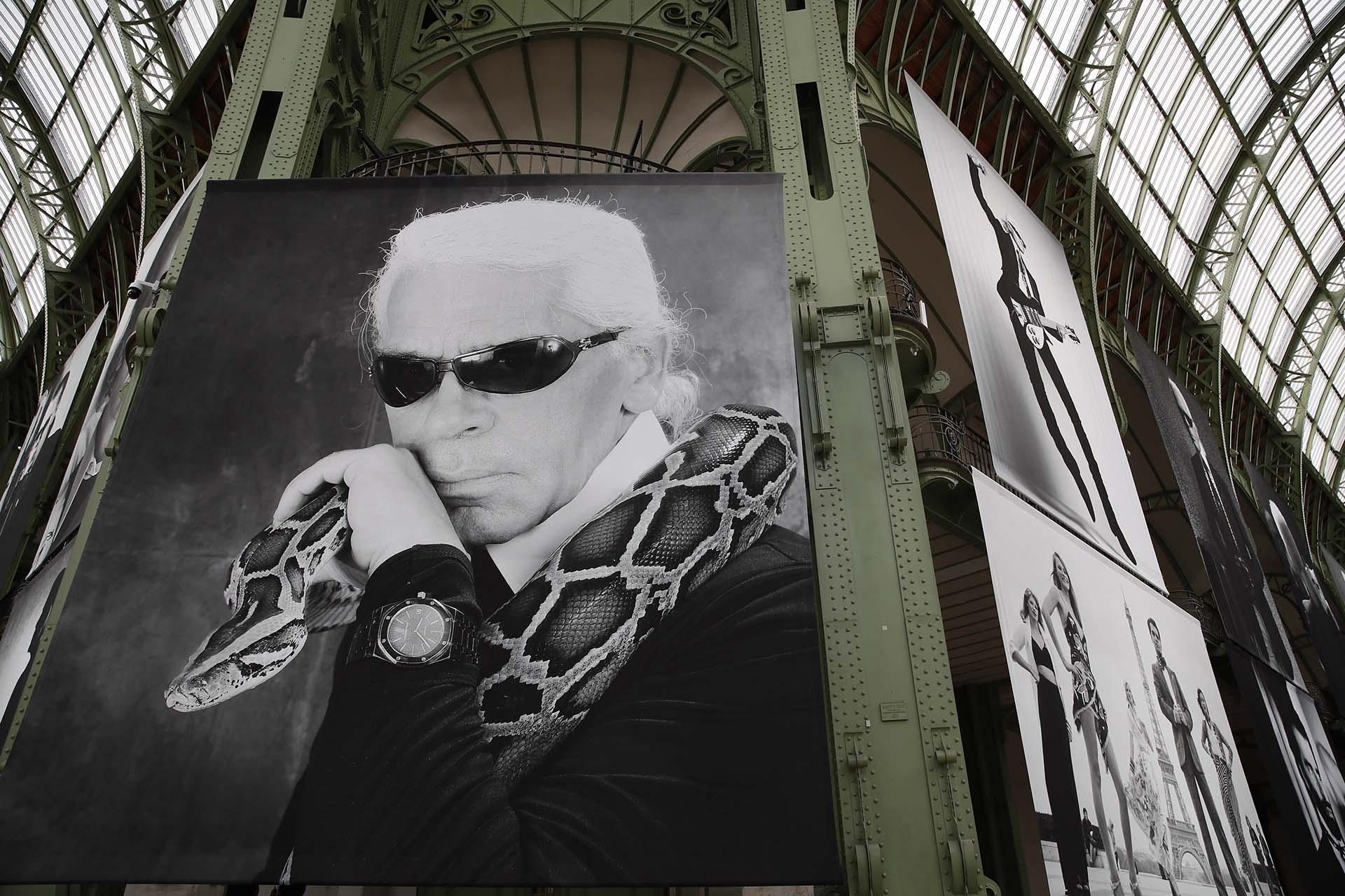 El Grand Palais estuvo decorado con más de 50 fotografías que reunieron la vida personal y profesional del diseñador