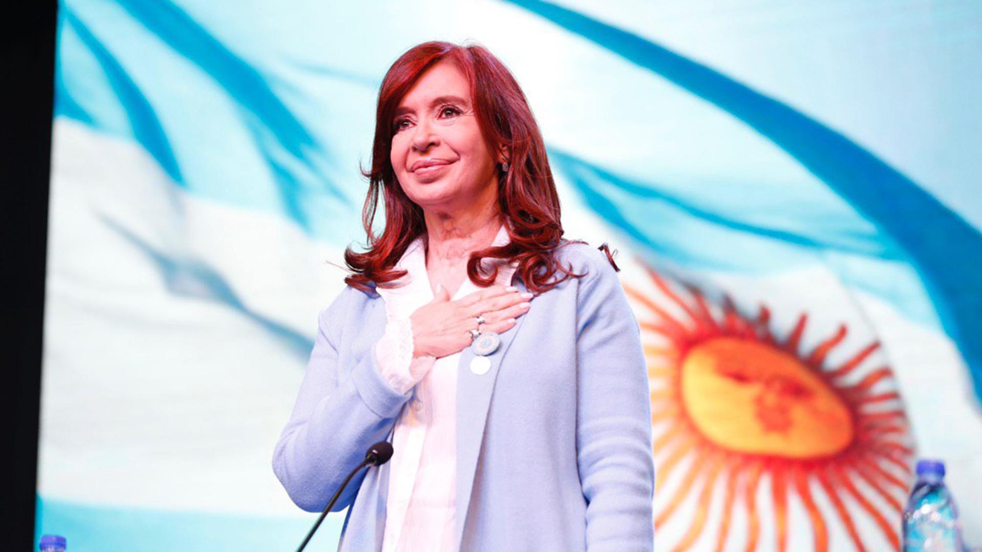 Tras su regreso de Cuba, Cristina Kirchner presenta su libro en Santa Cruz  en el lugar donde Néstor Kirchner dio su último discurso - Infobae