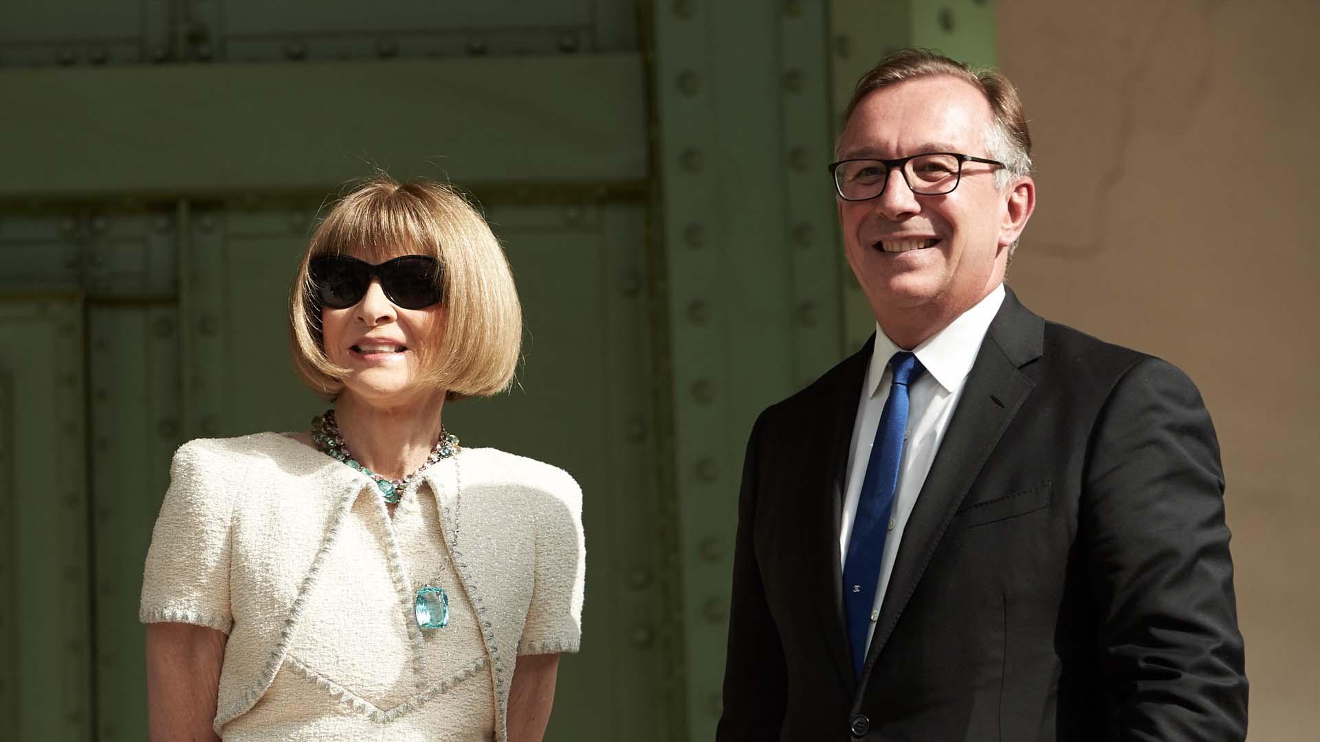 Anna Wintour con un vestido de tweed de Chanel con chaqueta torera a conjunto que llevó con unas llamativas joyas y sus inseparables gafas de sol. Junto a Bruno Pavlovsky.