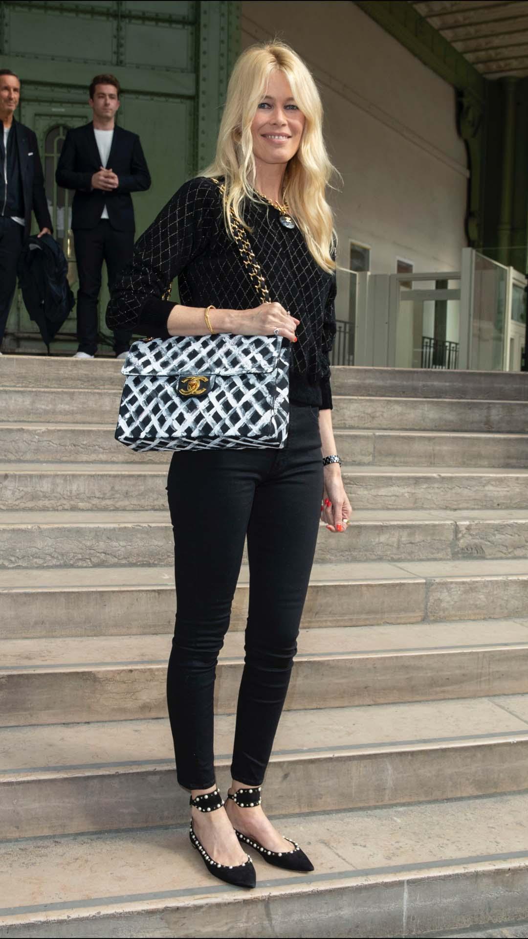 Claudia Schiffer también siguió el 'dress code' del evento con un 'total look' de la casa francesa. Llevó un suéter con pantalón negro, zapatos decorados con perlas y con pulsera al tobillo y un maxi bolso de Chanel.
