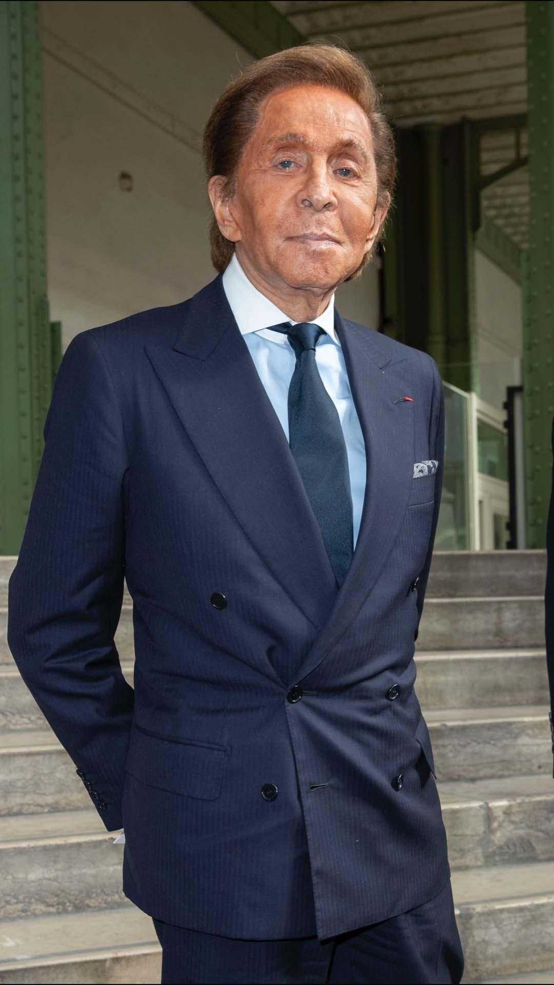 Valentino Garavani, gran amigo del diseñador, con un impecable esmoquin azul oscuro con corbata a conjunto y camisa azul cielo.