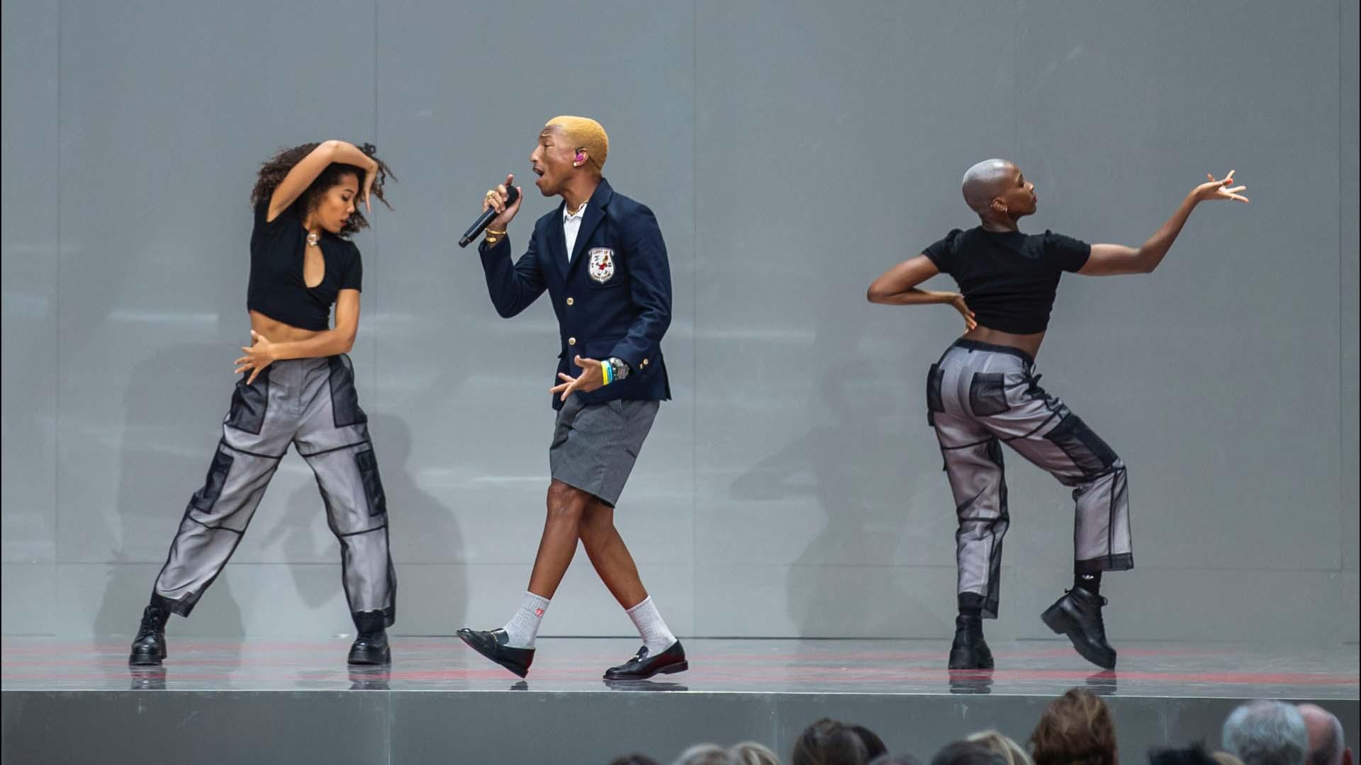 Pharrell Williamstambién subió al escenario a rendirle tributo.