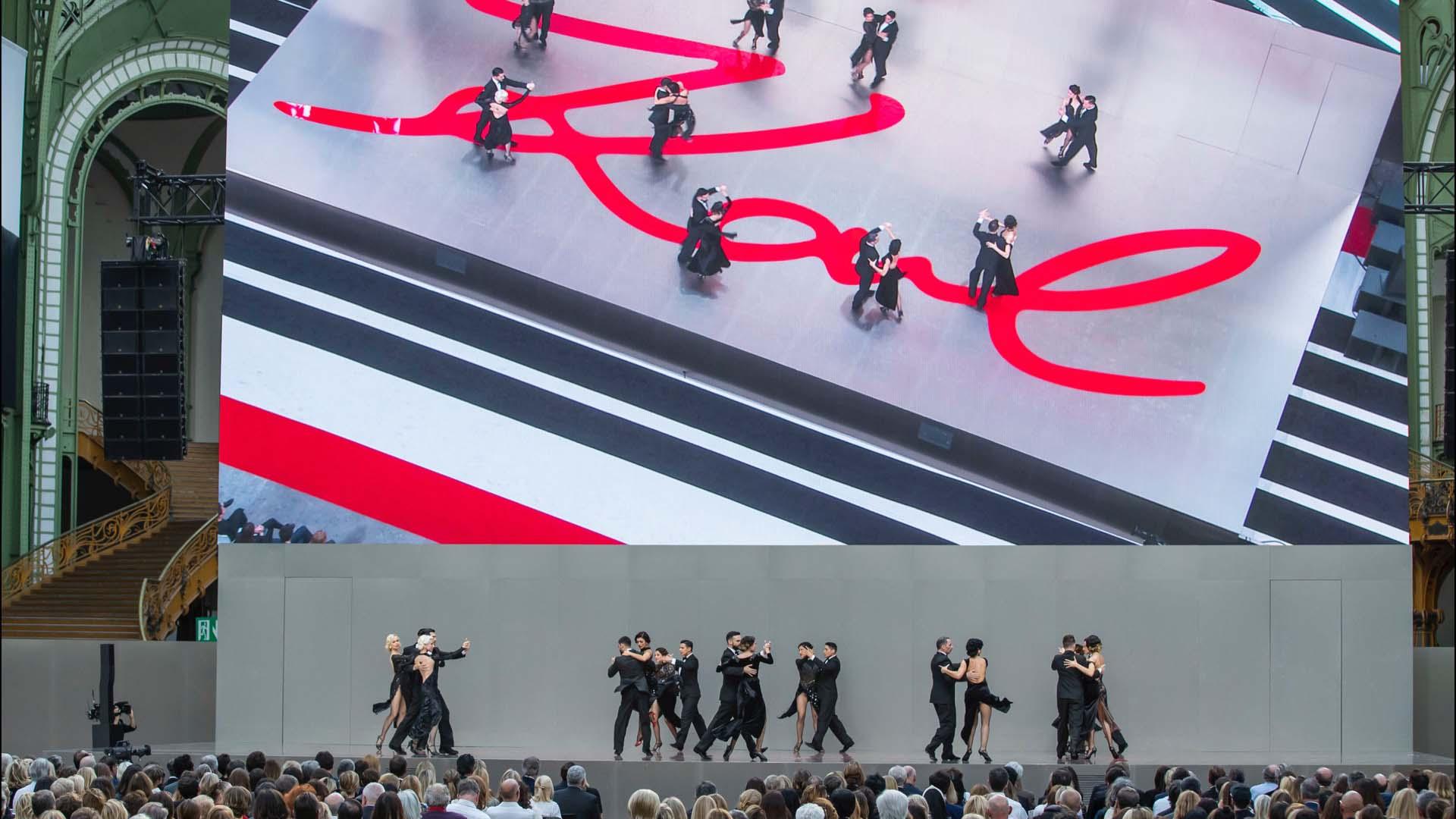 "Un grupo de bailarines bailó ""Por una cabeza"". Lagerfeld era fanático del tango."