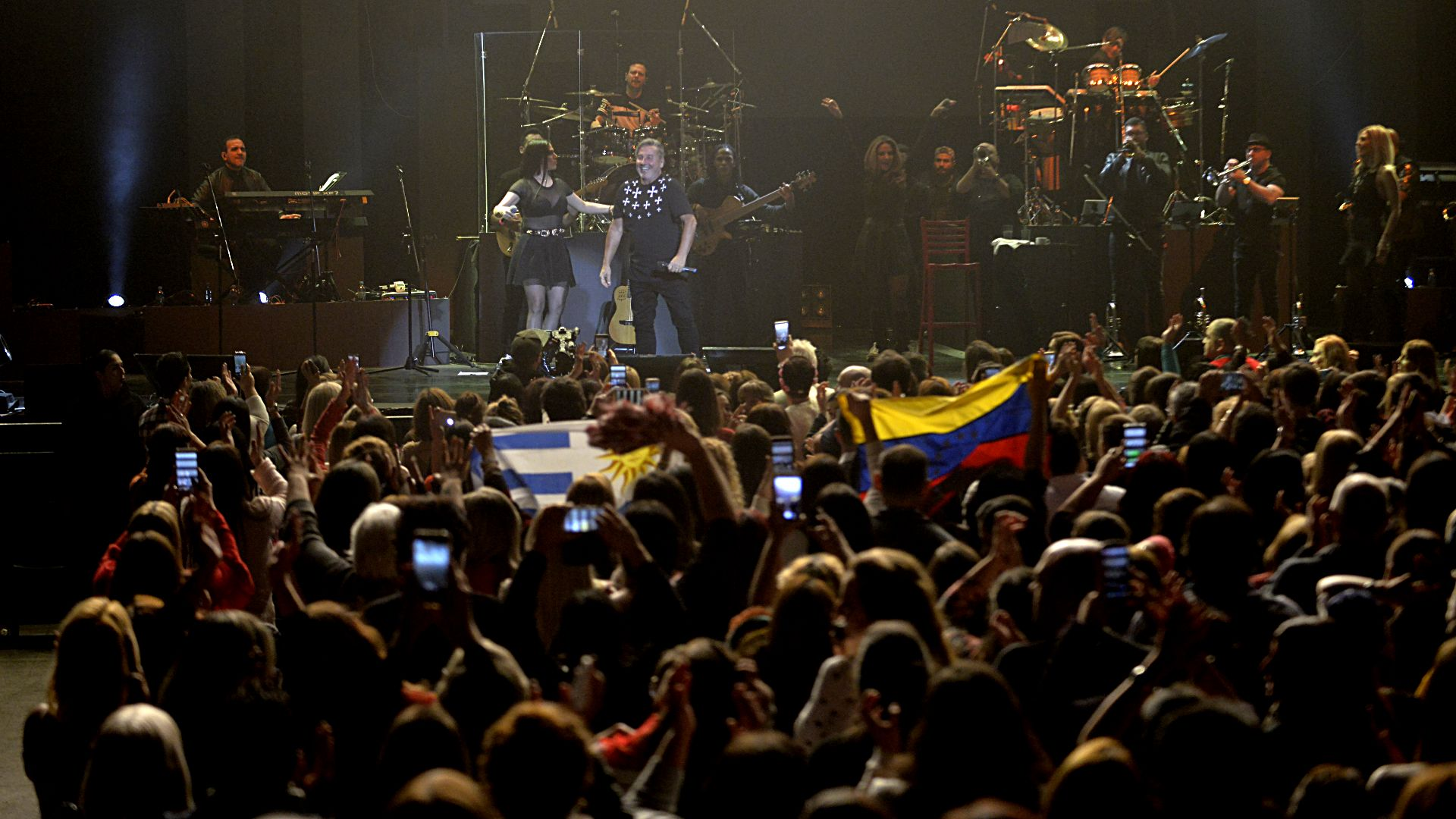 Entre el público, banderas argentinas, venezolanas y hasta uruguayas. Montaner nació en Valentín Alsina, formó su familia en Caracas, vive en Miami; es un poquito de todas partes, y de todos